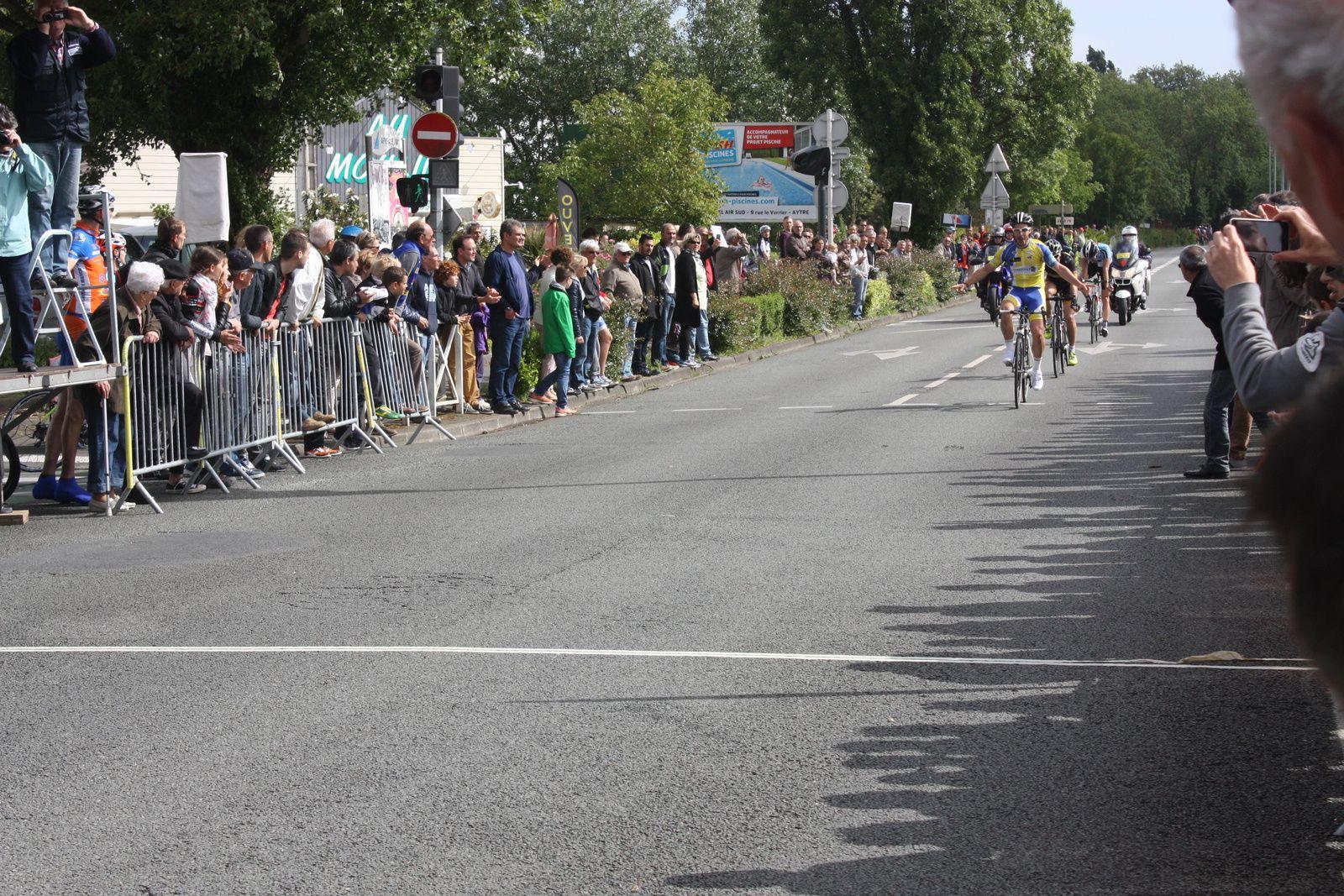 L'arrivée  au  sprint  des  3  hommes  de  tête  avec  la  victoire  du  coureur  de  Beaupréau  VS  ROTURIER , 2e  Julien  BELGY (Angouléme  VC), 3e Jean-Philippe  MAHEAU