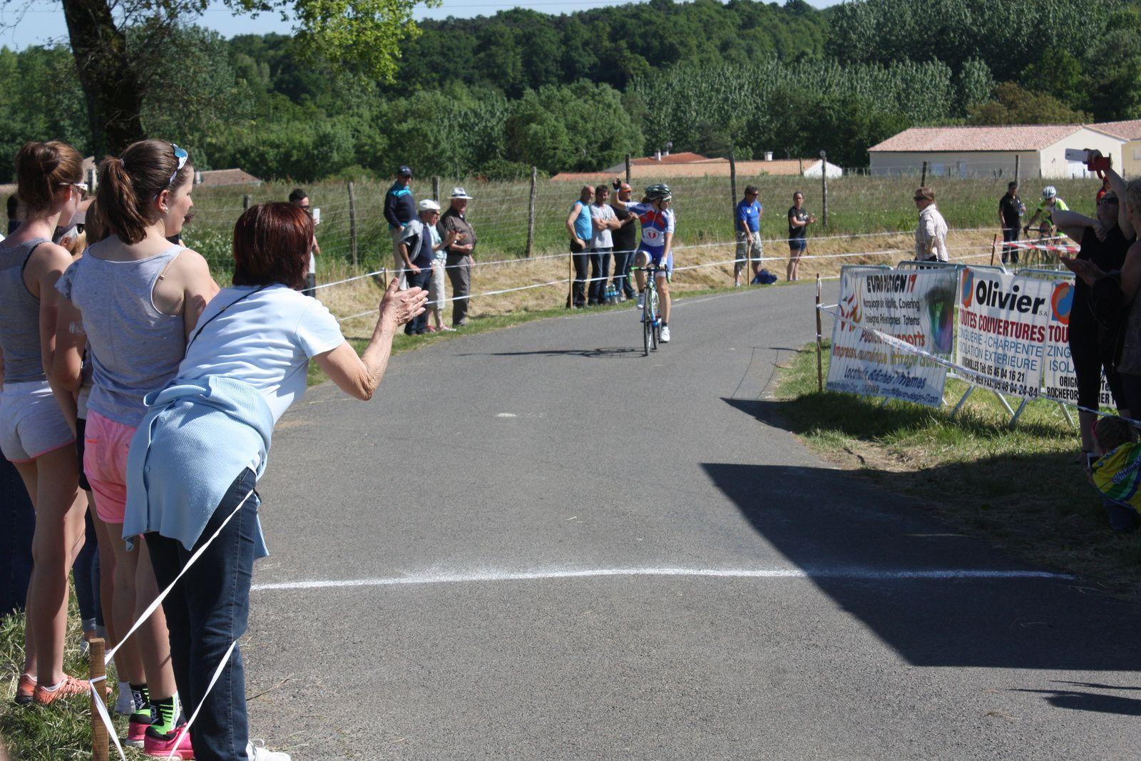 Pauline  ALLIN(A  Pons-Gémozac  C)  s'impose  au  sprint, dans  la  côte  d'arrivée,   devant  Daniela  REIS (EC 3M)