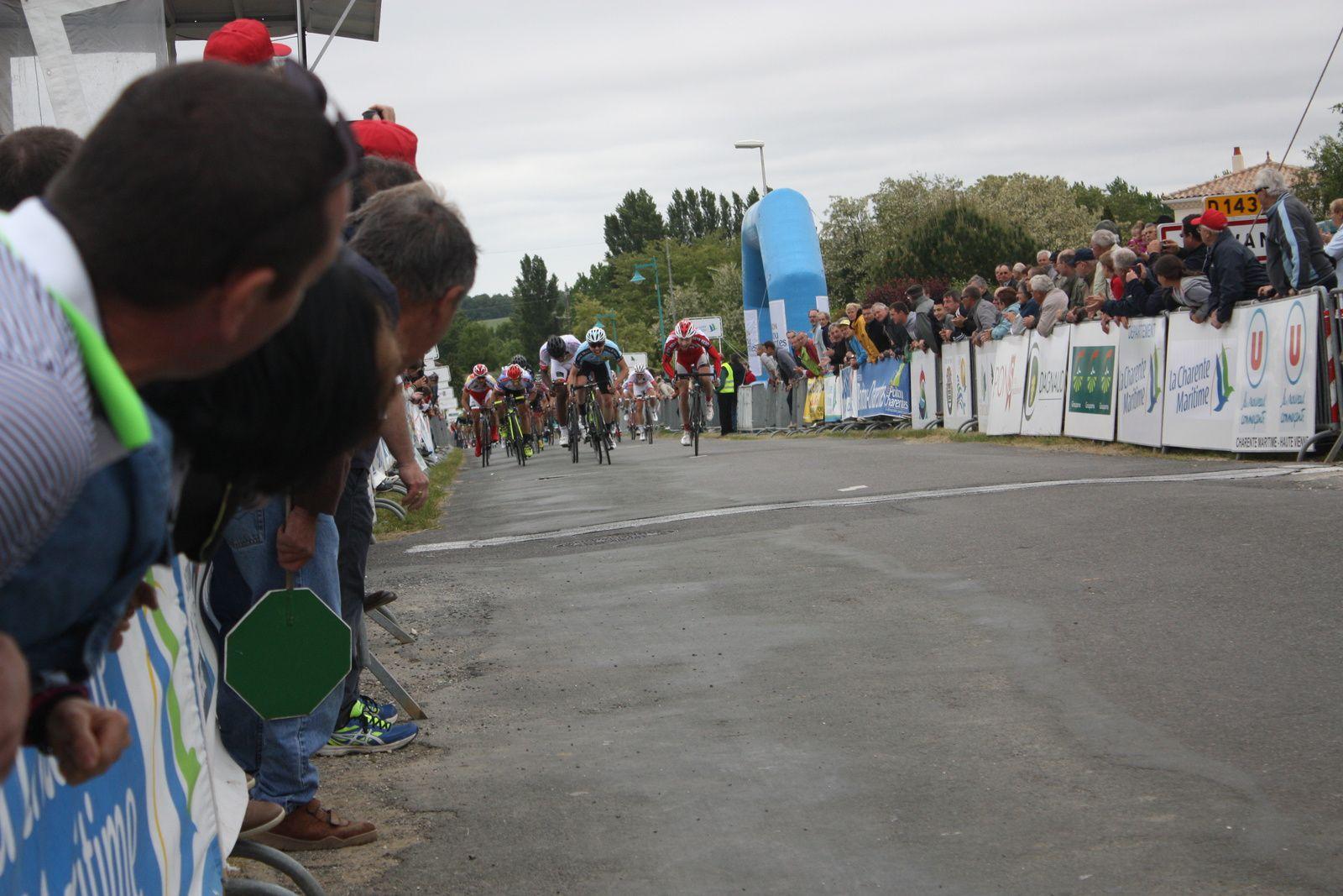 l'arrivée  du  peloton  complet  au  sprint