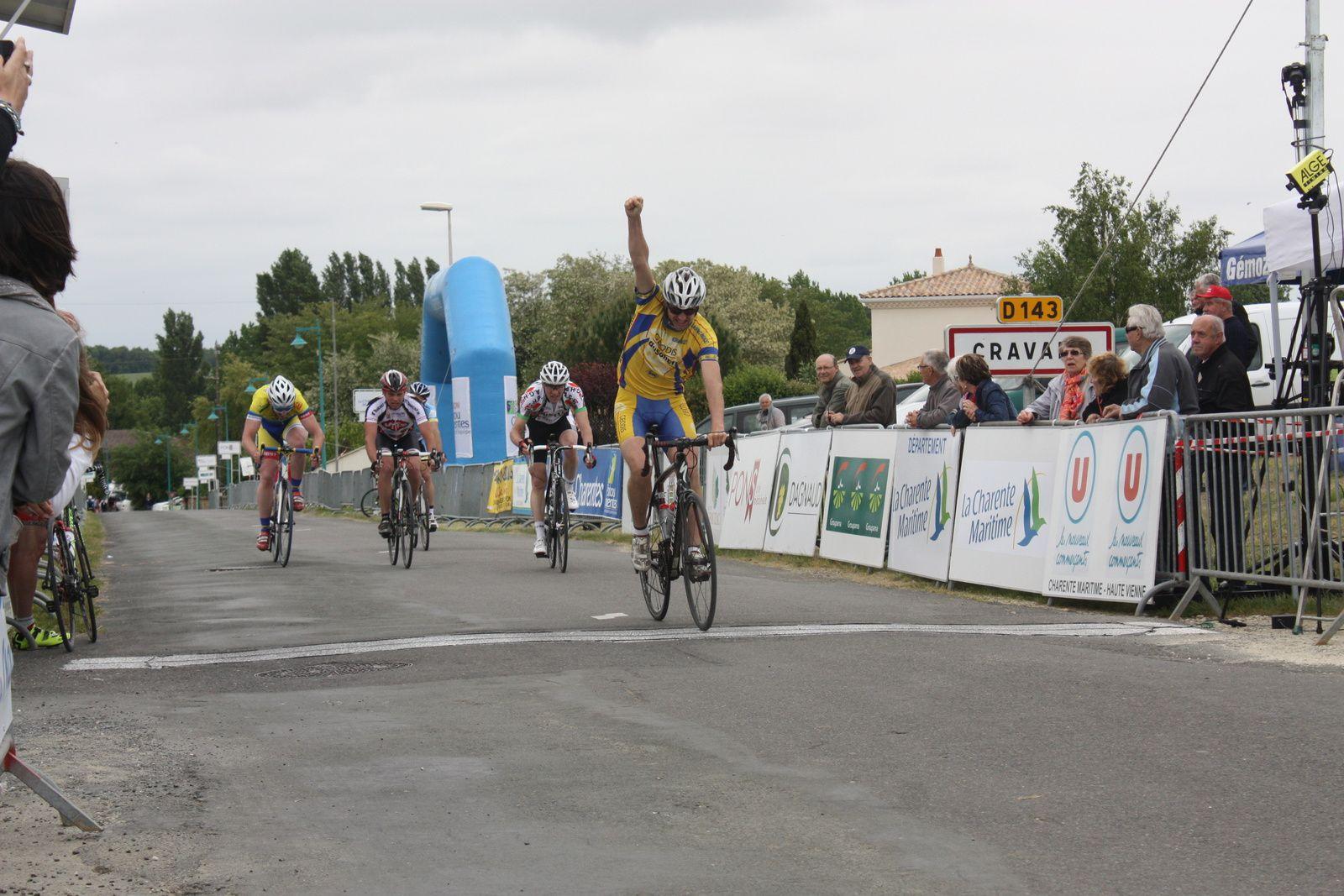 l'arrivée  au  sprint  pour  le  groupe  de  tête  avec  la  victoire  pour  Michaél  DESNOYER(NL)