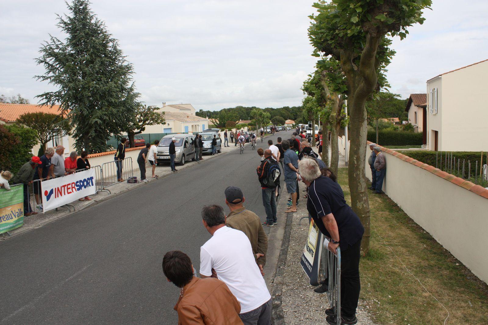 la  victoire  revient  à  l'ancien  coureur  de  l'APOG  Emilien  GRANDILLON (VC  Chantonnay), 2e  Clément  NOEL(Mérignac  VC), 3e  Jérémy  BELLICAUD(EC 3M), 4e  Nicolas  LECLERC(Angouléme  VC), 5e  Stéphane  BELLICAUD(EC 3M), 6e  Simon  CROIZARD(Angouléme  VC), 7e  Théo  GRIFFOUL(Creuse  O), 8e  Clément  LIVERTOUT(Angouléme  VC), 9e  Jérome  QUICHAUD(UC  Confolens), 10e  Cameron  AIRAUD(VC  Thouars), 11e  Guillaume  BOSSEAU(T St Sauveur), 12e  Florian  LATOUR(US Le Bouscat), 13e  Sébastien  GALLAIS(P  St  Florent), 14e  Patrick  BALLANGER(AC Jarnac-Aigre-Rouillac), 15e  Clément  BAZIN (AS  Tourlaville), 16e  Christophe  VEILLON(VC  Saintes), 17e  Florian  LOIZILLON(AC 4B), 18e  Gaétan  GRACIANNETTE (CAM  Bordeaux), 19e  Benjamin  GOUSSEAU(VC  Rochefort), 20e  Thierry  BILLOT (G  Bordeaux).
