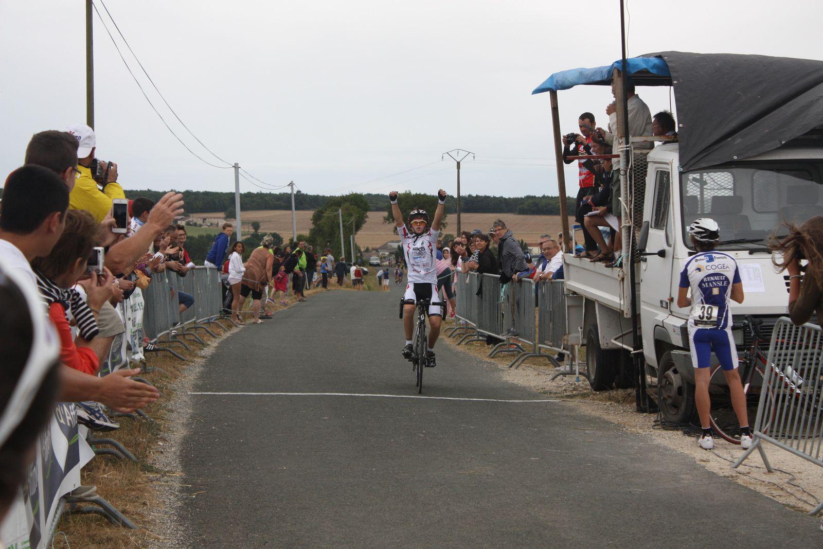 L'arrivée  avec  la  victoire  de  Olivier  AITKEN VHITMORE ( P  St  Florent)