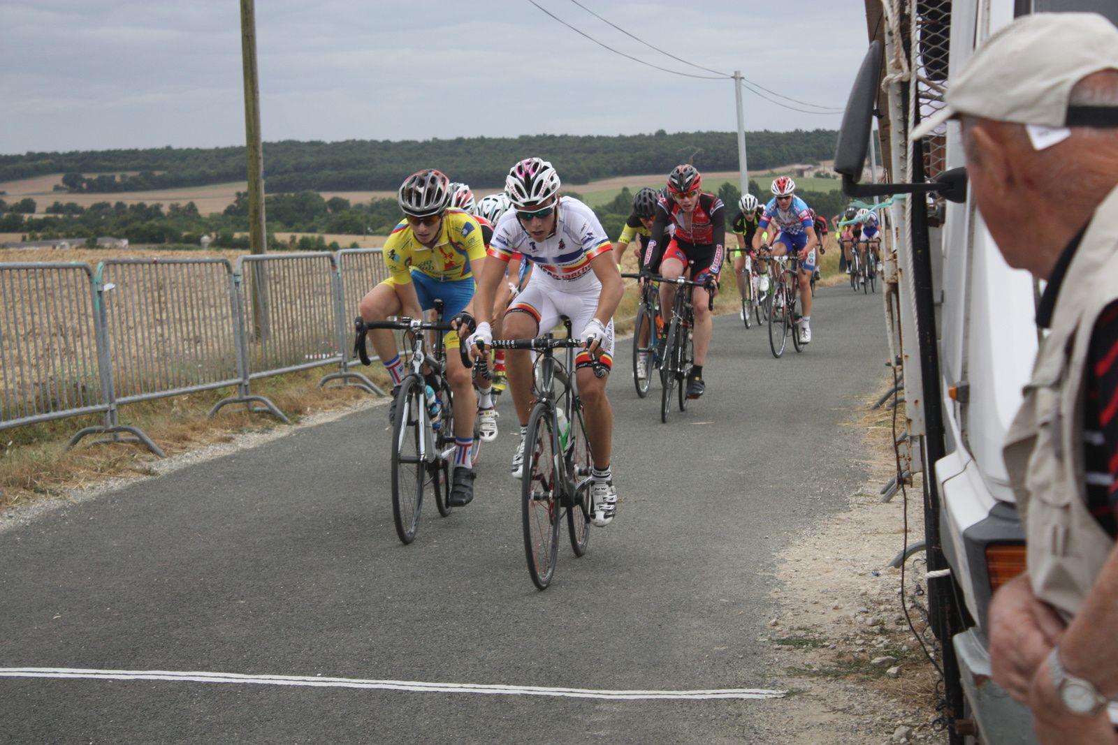 5e  tour , CHALMETTE  toujours  en  tête  même  si  2  coureurs  sont  revenus  sur  lui, Gaétan  BOUCHERY  est  sortit  en  contre