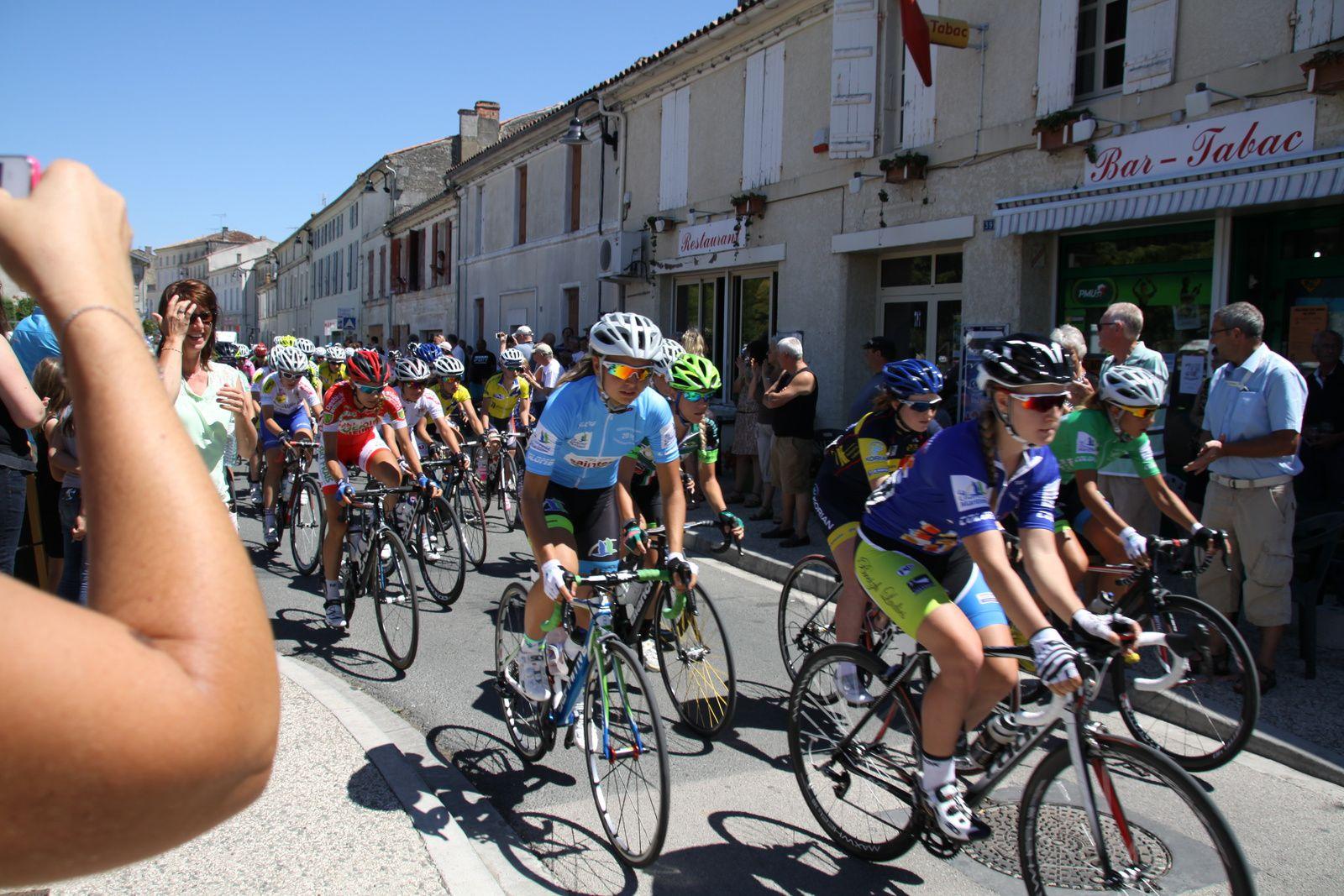 Sur  la  ligne  de  départ  les  différents  maillots  de  leader  avec  le  maire  de  Burie.