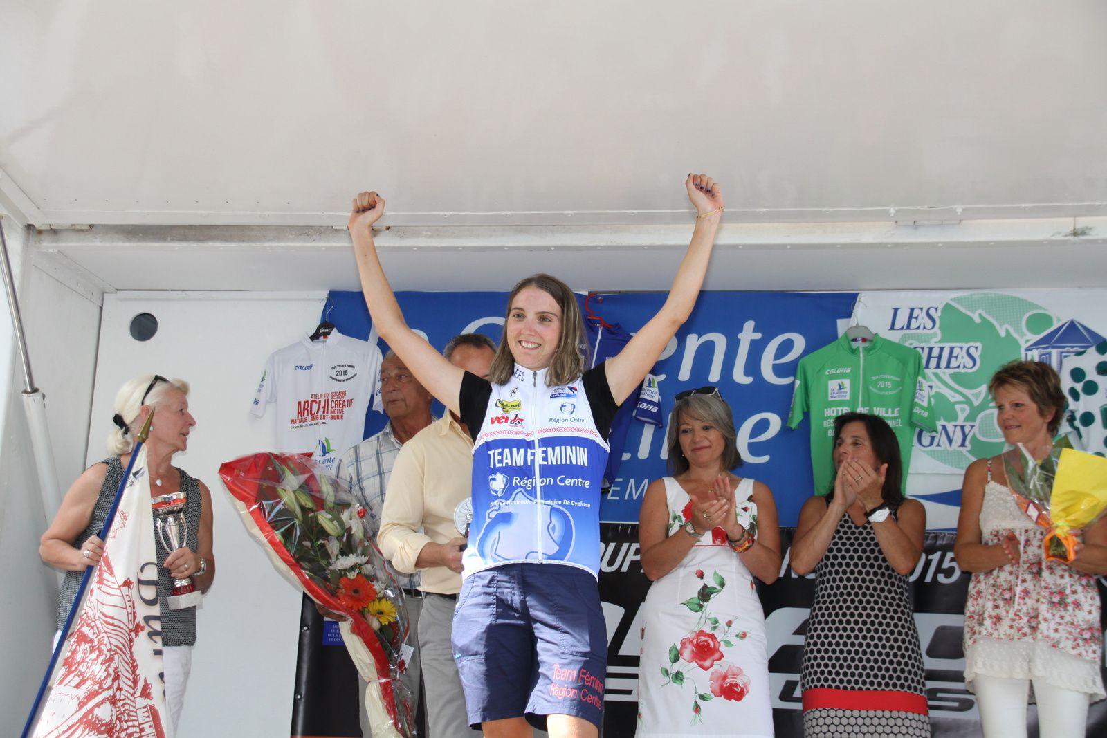 Marion  SICOT  vainqueur  de  la  derniére  étape  récompensée  par  Bruno  DRAPRON, adjoint  au  maire  de  Saintes  et  la  conseillére  départementale.