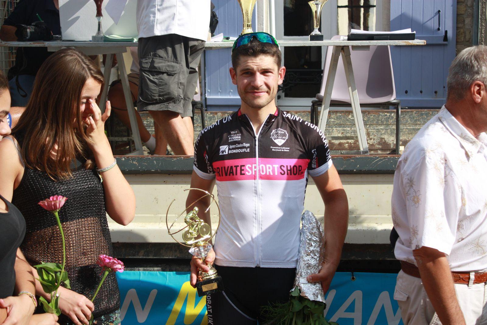 Le  vainqueur  au  micro  de  Roland  BISSERIEIX, pour  l'une  de  ses  derniéres  animation  avant  sa  retraite  du  vélo