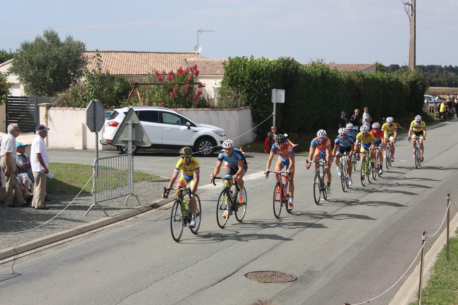 Dans  le  groupe  de  tête  le  coureur  de  Corbeil  Essonne  est  trés  actif