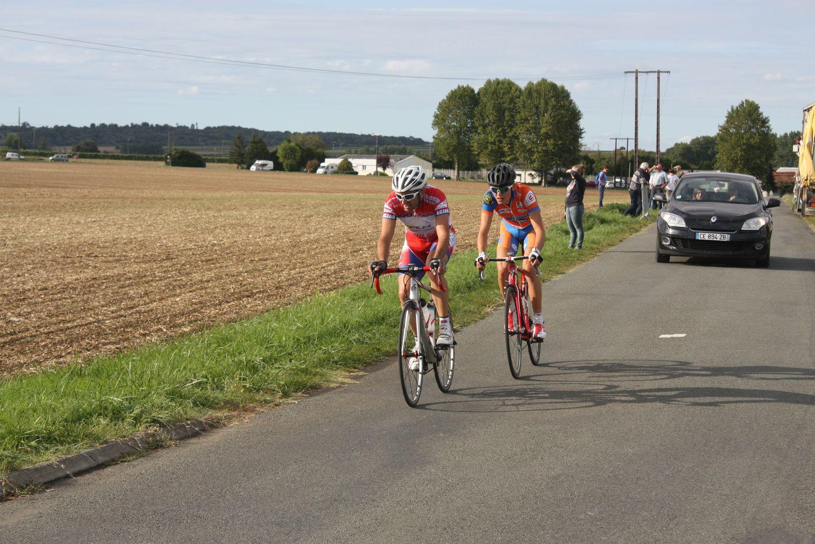 A  1  tour  de  l'arrivée  Christian  MONIER  tente  de  finir  seul  comme  à  Brizambourg  dimanche  dernier