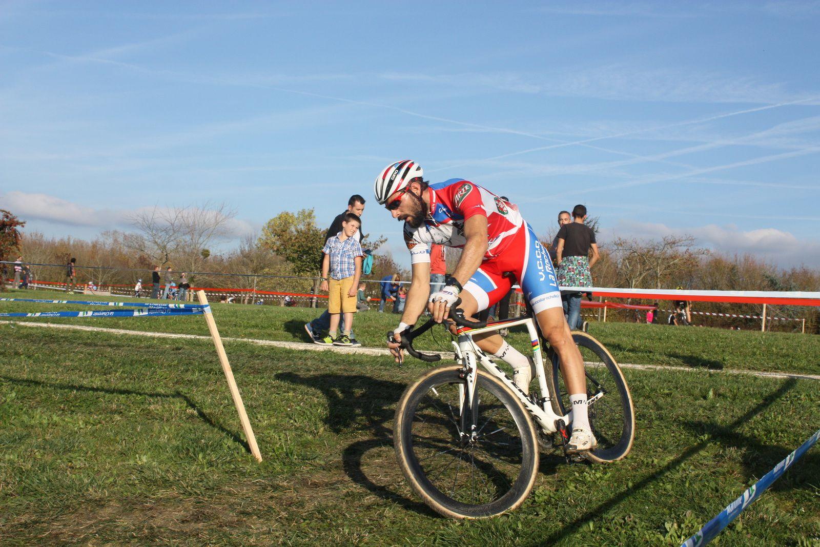 Passage  difficile, le  champion  régional  dans  la  roue  de  Loïc  HERBRETEAU