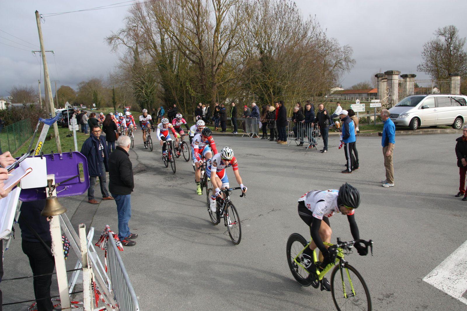 11e  tour, Arnaud  BRETIN  emméne  le  groupe  qui  comprend  5  coureurs  du  VCCO.Grégory  GAILLARD  emméne  le  peloton  qui  comprend  plussieurs  membres  du  nouveau  club  le  CC  St  Agnant.
