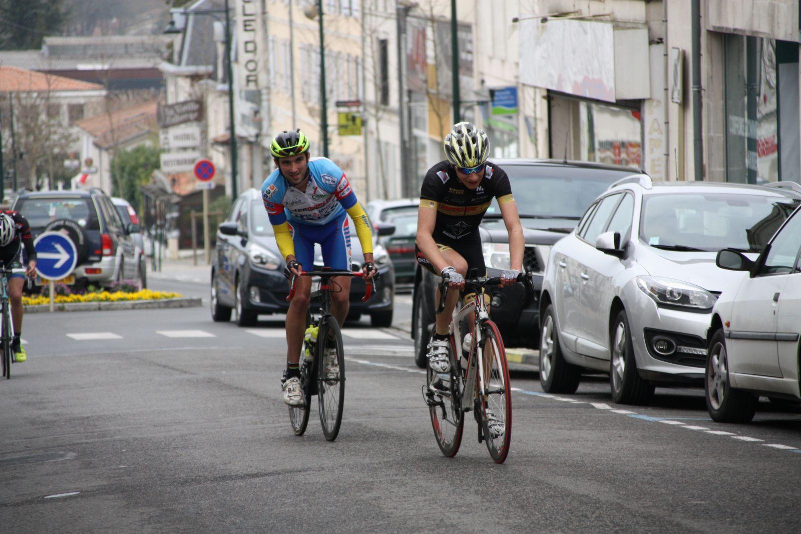 Le  coureur  du  club  organisateur  tente  d'aller  chercher  la  victoire , derriére  Laurent  PINEAU  méne  la  chasse