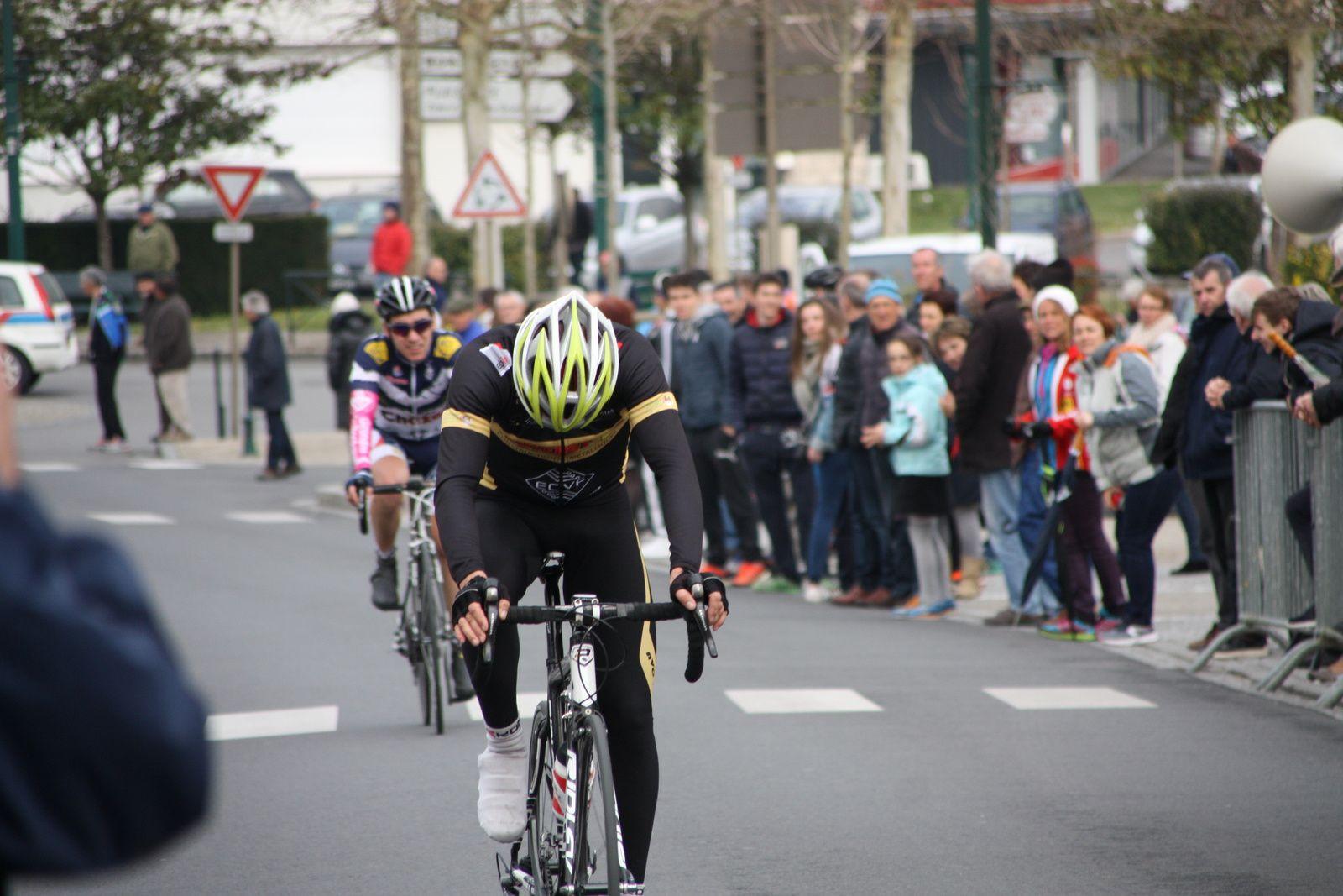 2e  Olivier  BOSSIS(Angouléme  VC), 3e  Corentin  NADON(AC 4B), 4e  Laurent  PINEAU(AC  Etaules),5e  Pierre  EPRINCHARD(UCC  Vivonne), 6e  Sylver  CONSTANT(EC 3M), 7e  Stéphane  BELLICAUD(Angouléme  VC), 8e  Wilfried  THIEBAUD(G  Bordeaux)