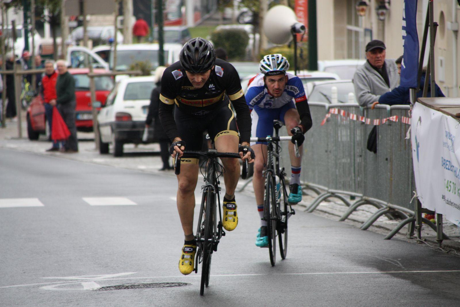 A  1  tour  de  l'arrivée  Arnaud  COUDERC  tente  de  lacher  son  adversaire