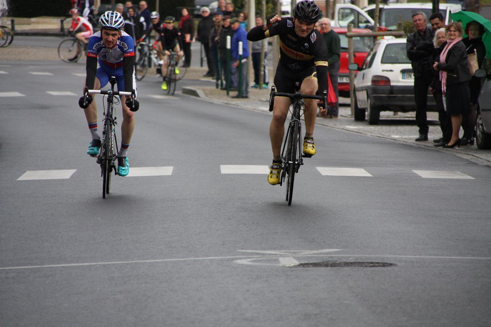 Arrivée  au  sprint  et  victoire  pour  Arnaud  COUDERC(Angouléme  VC), 2e  Damien  GALY(US  Le  Bouscat)