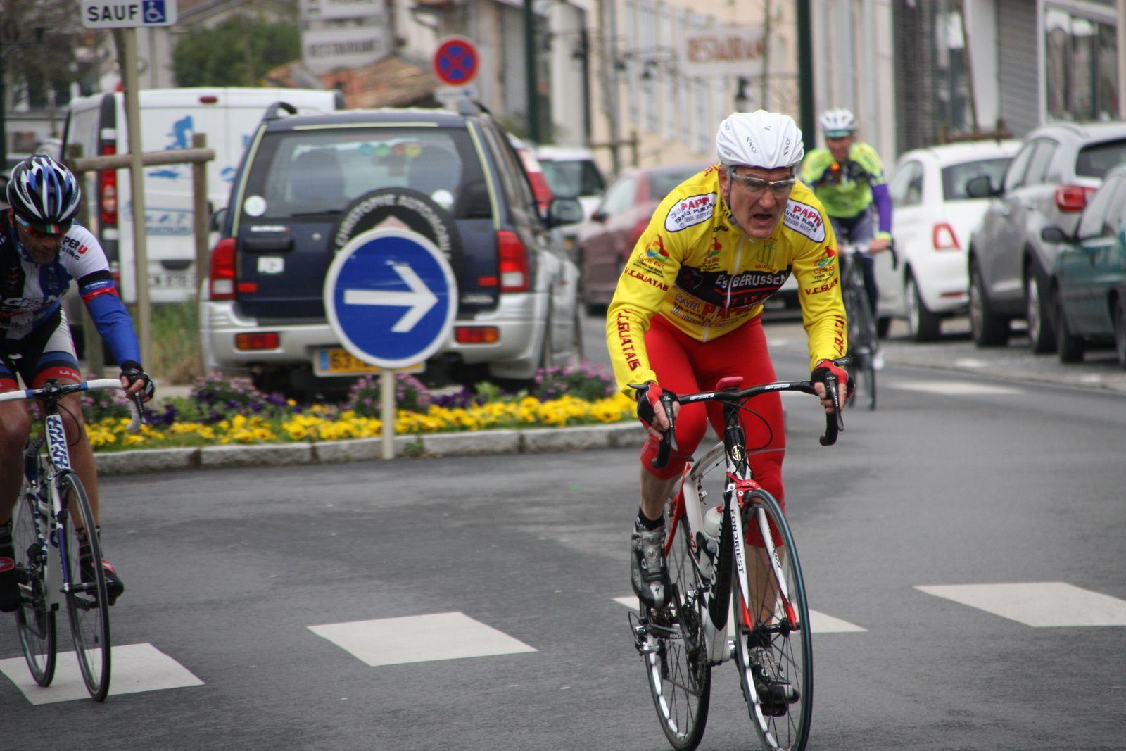 Un  coureur  de  l'ES  Bardenac  est  sortit  à  son  tour.