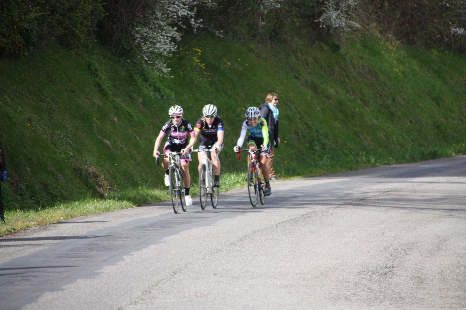 5e  passage, elle  ne  sont  plus  que  2  en  tête  avec  Daniela  REIS, derriere  sortie  du  peloton  Marjoleine  BAZIN  effectue  un  beau  retour