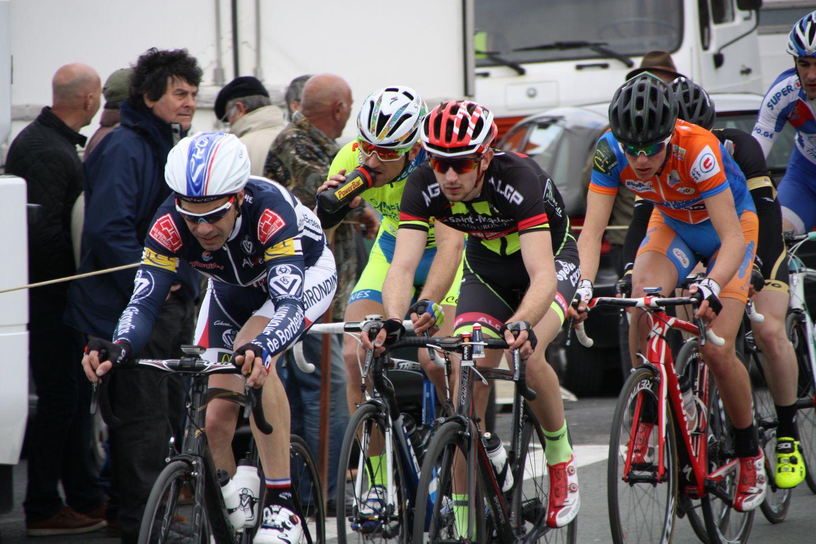 Sébastien  SUBRA, un  ancien  vainqueur  de  l'épreuve, emméne  le  2e  groupe  qui  vient  de  reprendre  le  coureur  intercalé