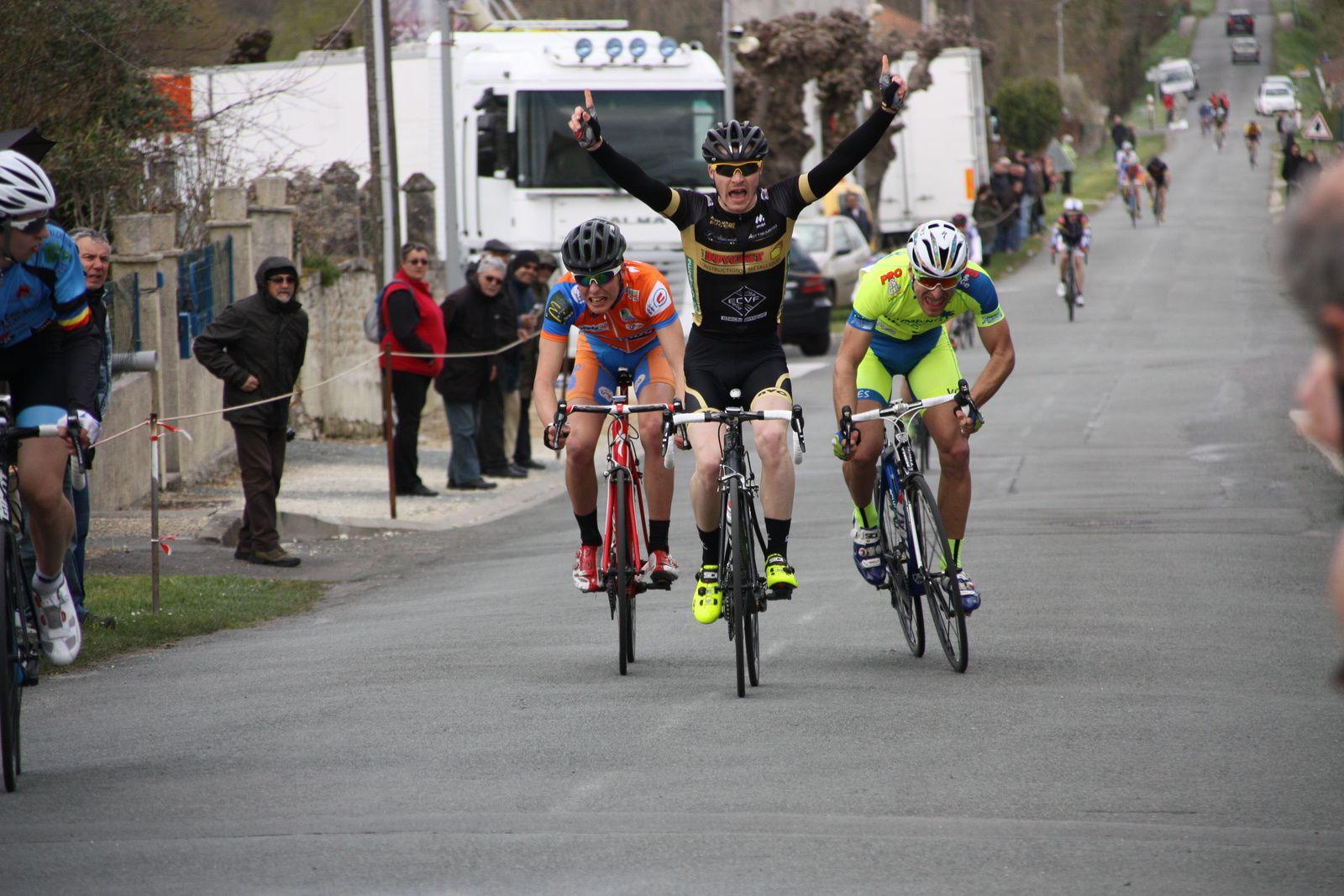 le  Sprint  est  trés  disputé  entre  3  coureurs, finalement  la  victoire  revient  à  Clément  LIVERTOUT(Angouléme  VC), 2e  Léo  MOINET(VCC  Marennes), 3e  Louis  BODIN AMIEL(UVA)