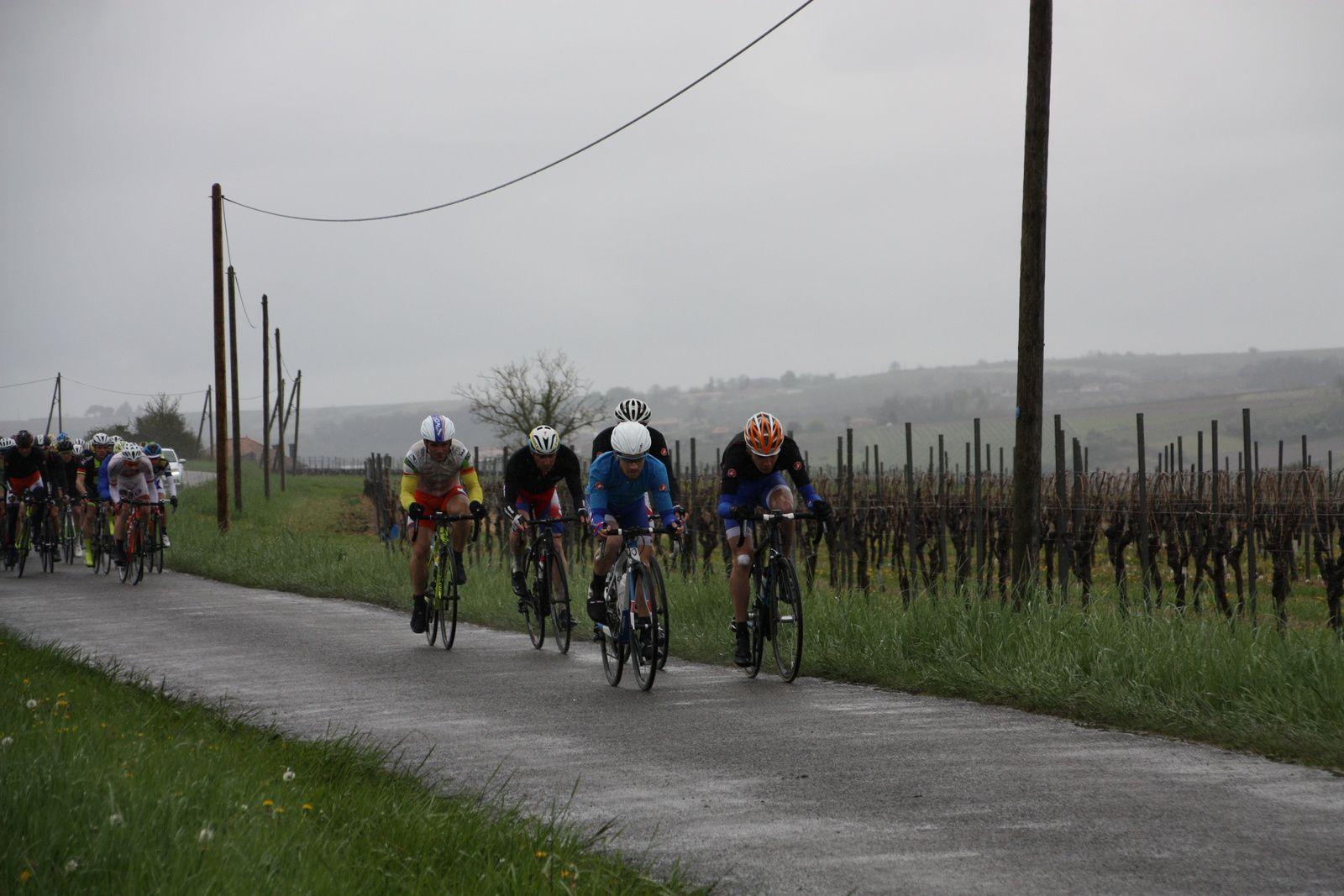 Le  départ  vient  d'être  donné  sous  la  pluie  au  90  coureurs.
