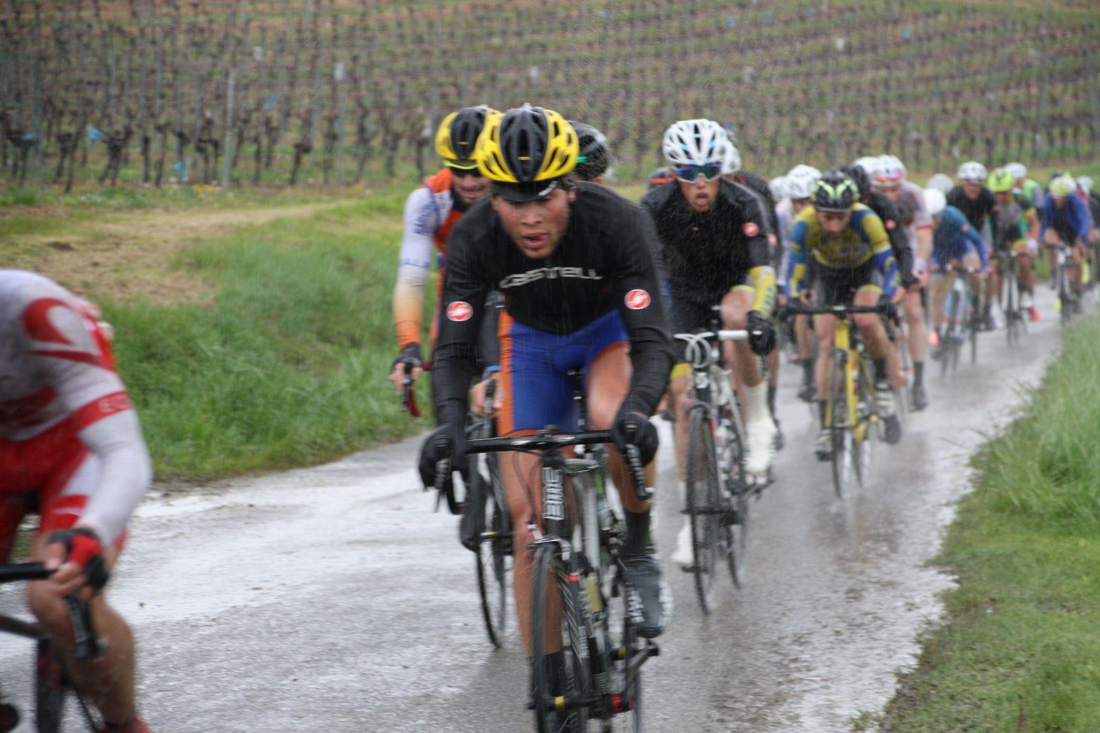 3e  tour  Michaél  LARPE  emméne  le  1er  groupe  devant  Ludovic  NADON  sous  la  pluie  battante