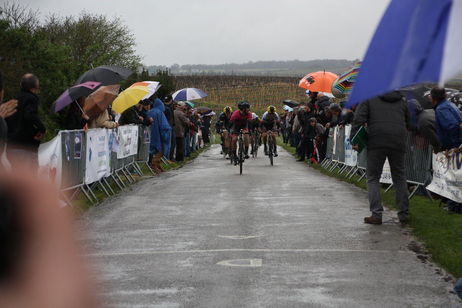 l'arrivée  au  sprint  du  groupe  de  tête  et  la  victoire  pour  le  coureur  du  VC  Tulle  Guillaume  GERBAUD