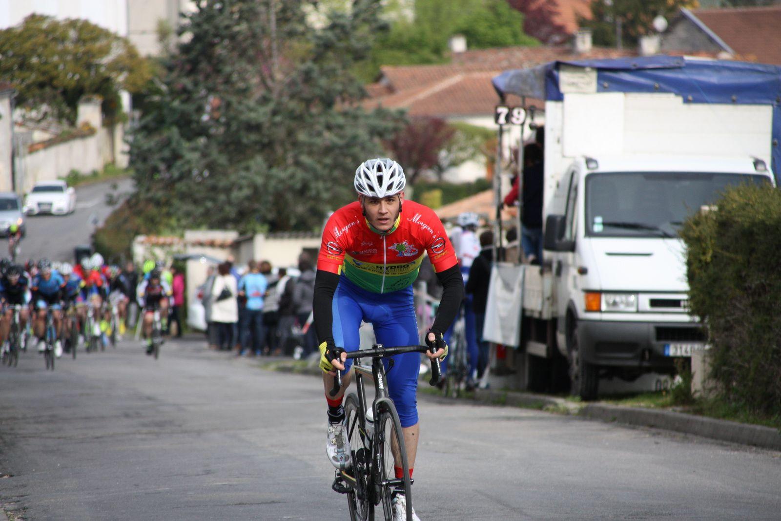 3e  tour  Damien  DELOMME  est  partit  seul, Christophe  VEILLON  emméne  le  peloton