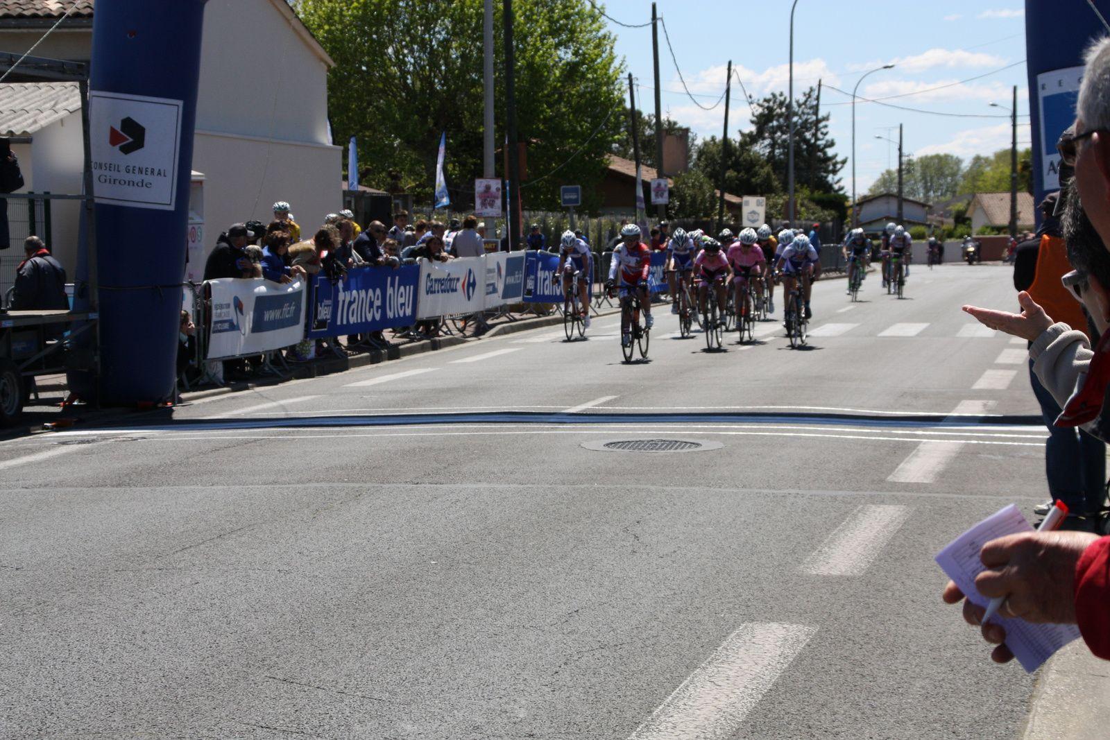 arrivée  du  peloton  dont  le  sprint  est  remporté  par  Julie  LE GASTREC  (VC  Charente-Océan)10e  avec  Natacha  CHABANEAU  et  Alice  BARBOTIN(EC 3M)