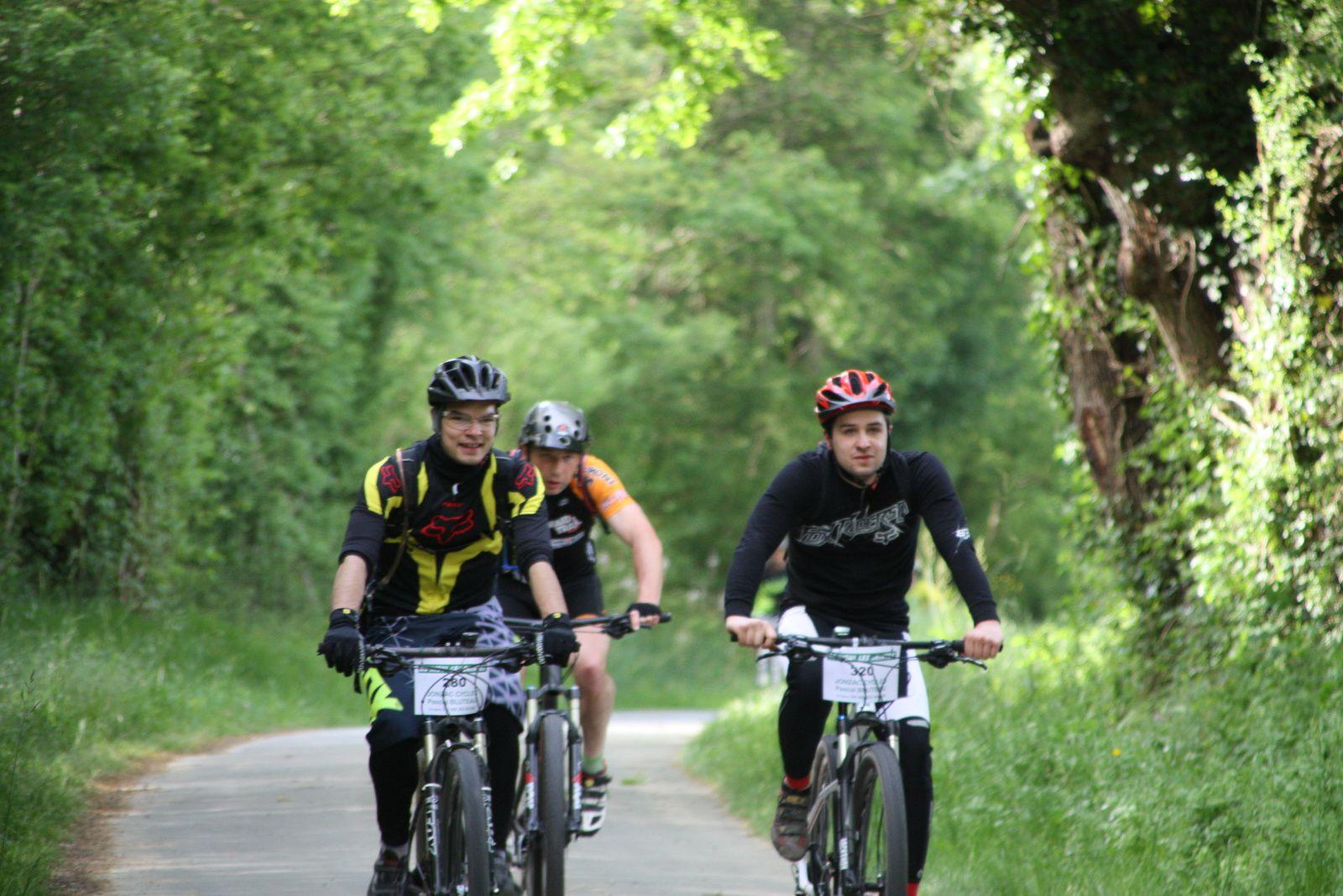 L'arrivée  au  ravitaillement  pour  les  25  et  45  kms.Mathéo  et  Toan  sont  les  représentants  du  club  sur  le  25  kms, ils  sont  encadrés  par  Joél.