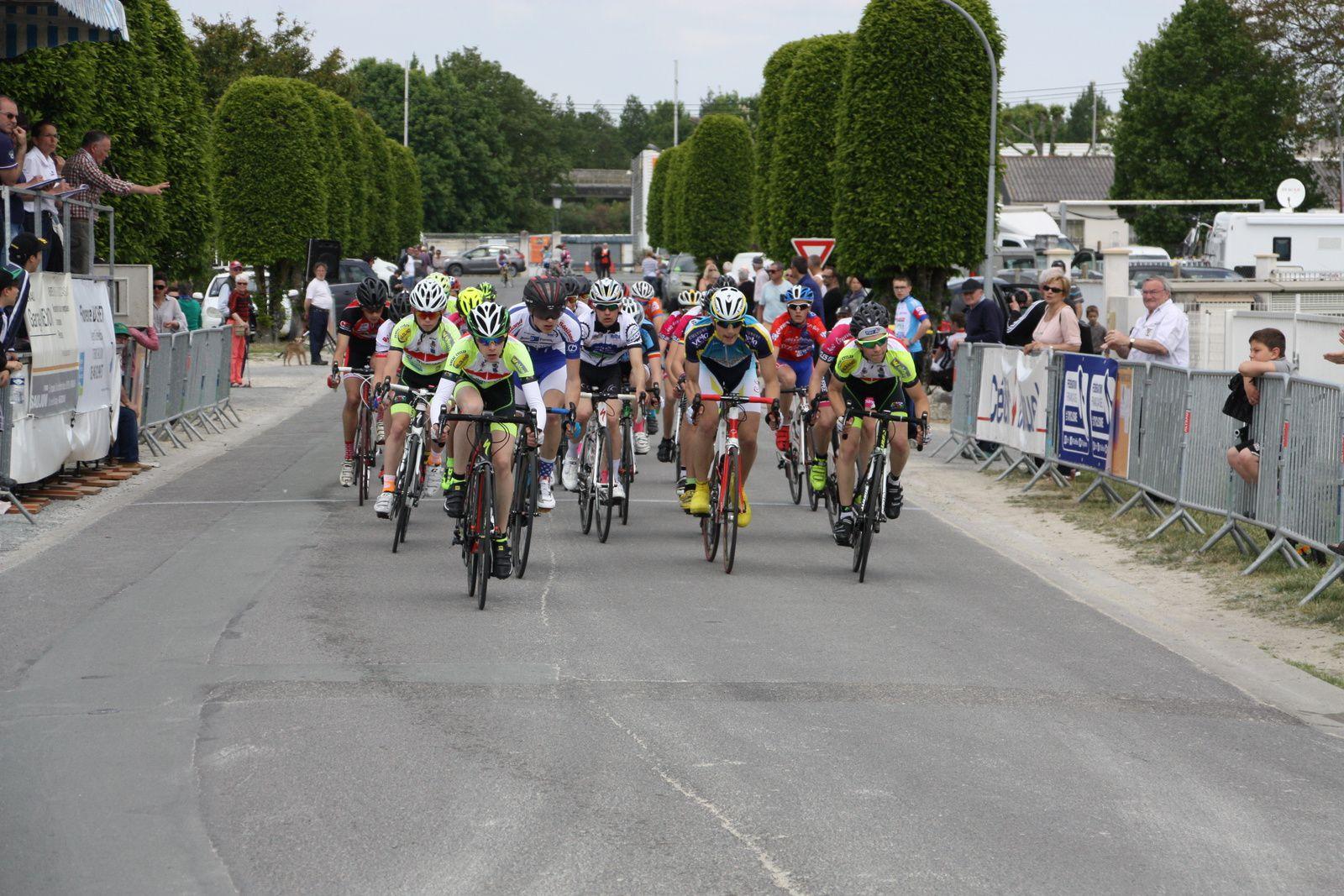 Le  peloton  est  emmené  par  les  coureurs  de  l'EC 3M