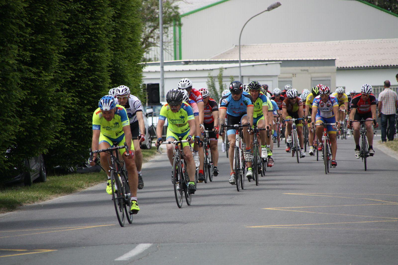 2  non-licenciés  figurent  dans  ce  groupe  de  6, le  peloton  est  toujours  emmené  par  les  coureurs  du  VCC  Marennes