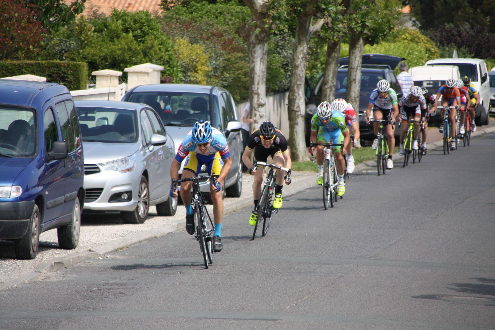Alain  LEGOUEZIGOU  est  l'un  des  2  coureurs  de  l'UCC  Vivonne  présents  dans  le  groupe  de  tête  qui  ne  sera  plus  rejoint