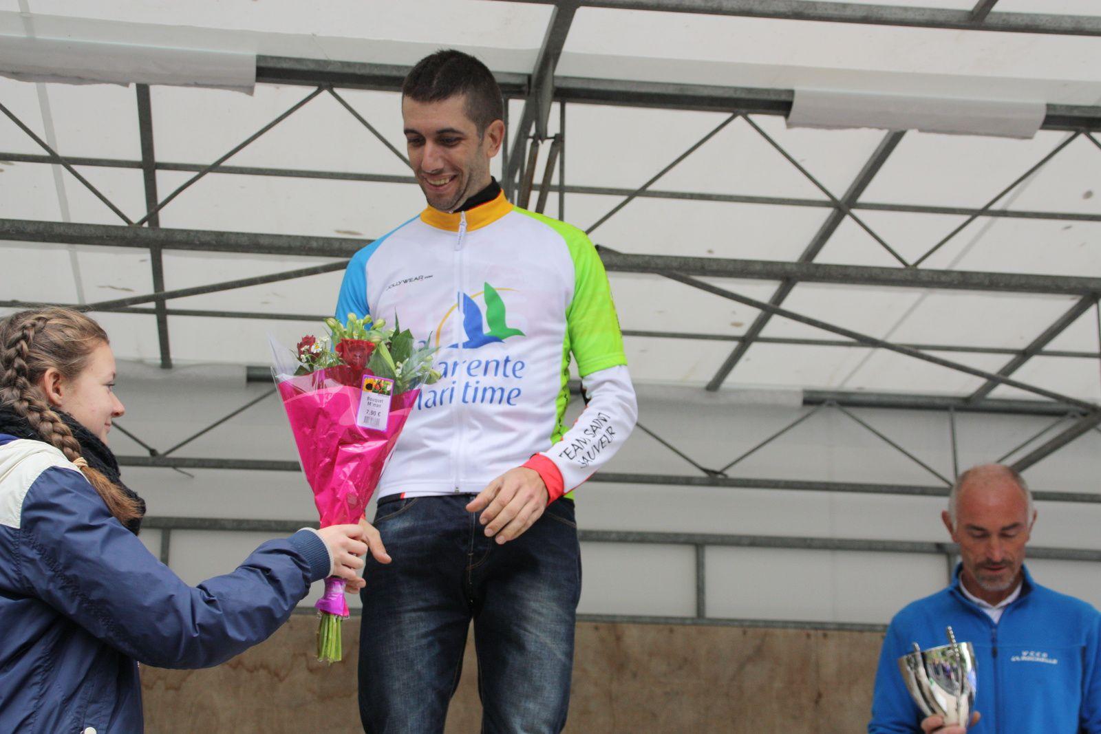 Le  président  du  Comité  départemental  remet  le  maillot  à  Thomas  PEREZ