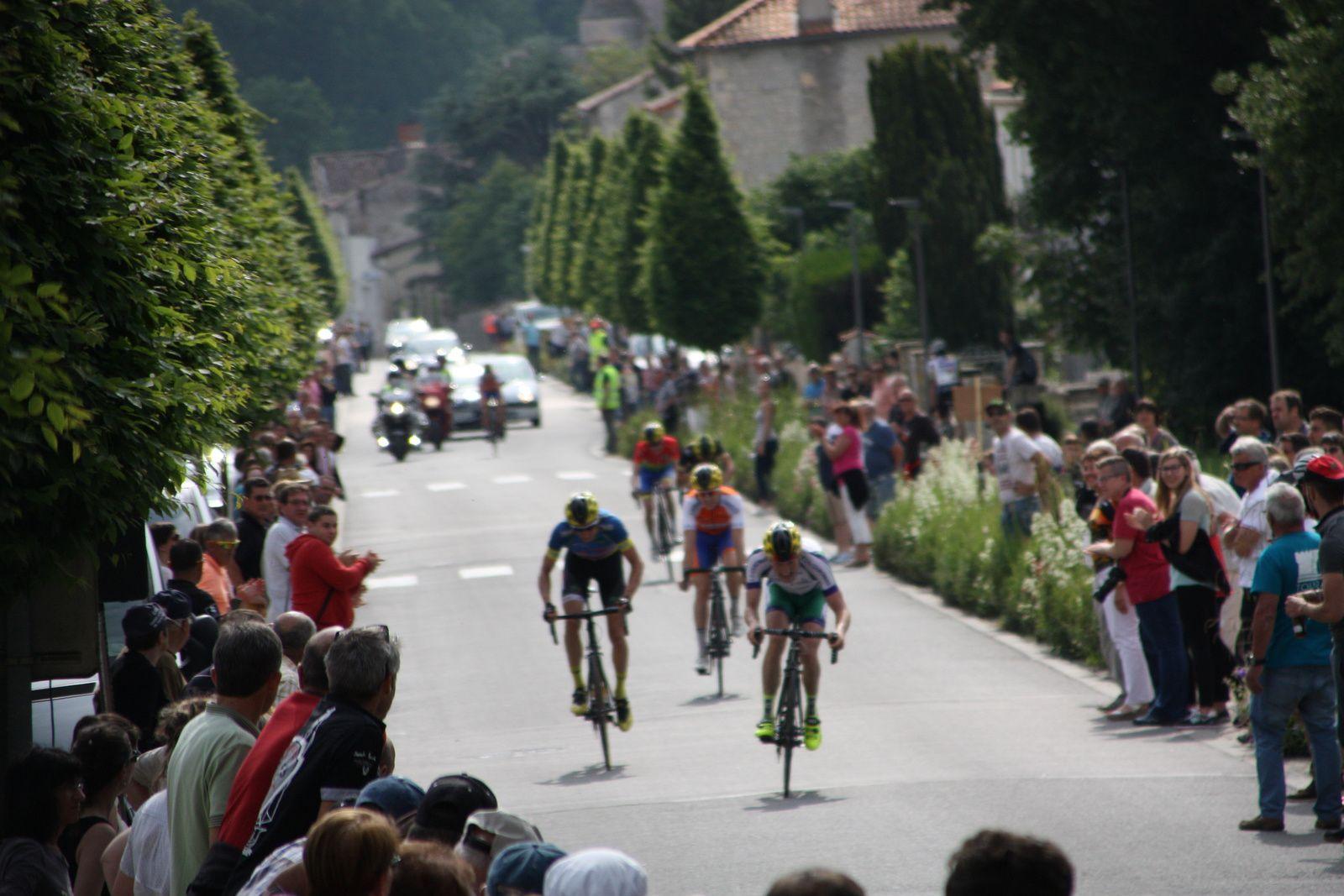 L'arrivée  au  sprint  du  petit  groupe  aprés  que  Clément  SAINT MARTIN  soit  repris  dans  la  derniére  ligne  droite