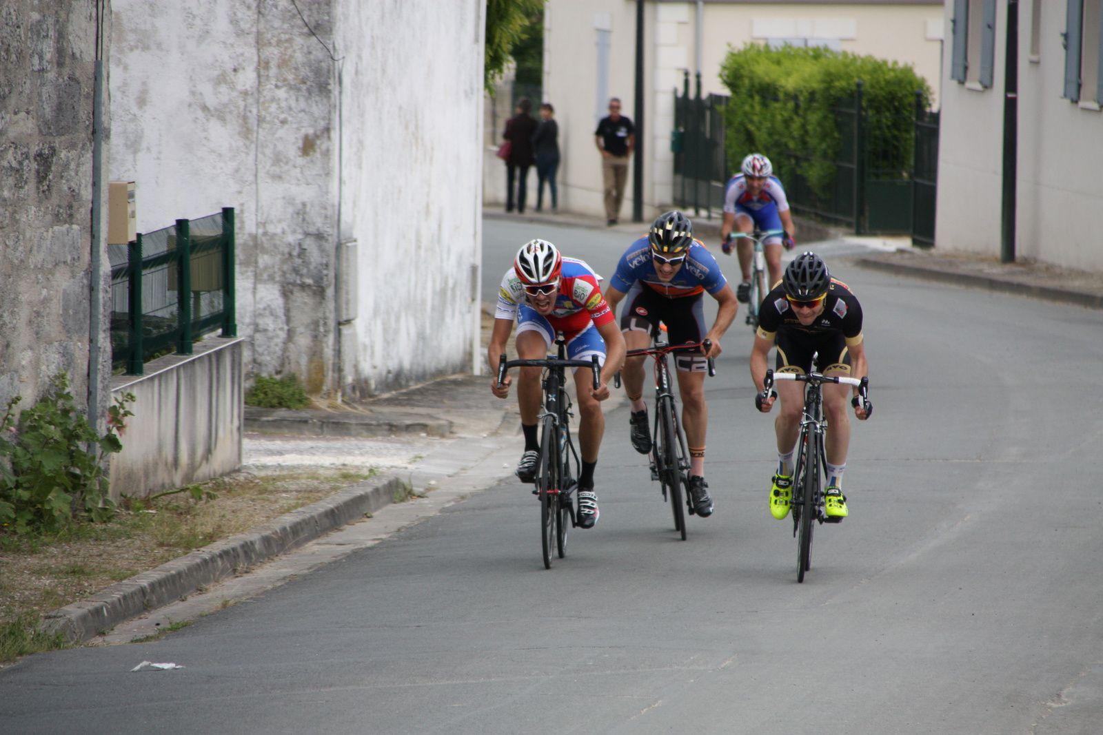 L'arrivée  avec  un  sprint  trés  disputé  entre  les  3  premiers  et  la  3e  victoire  de  la  saison  pour  Clément  LIVERTOUT  qui  accéde  à  la  2e  catégorie