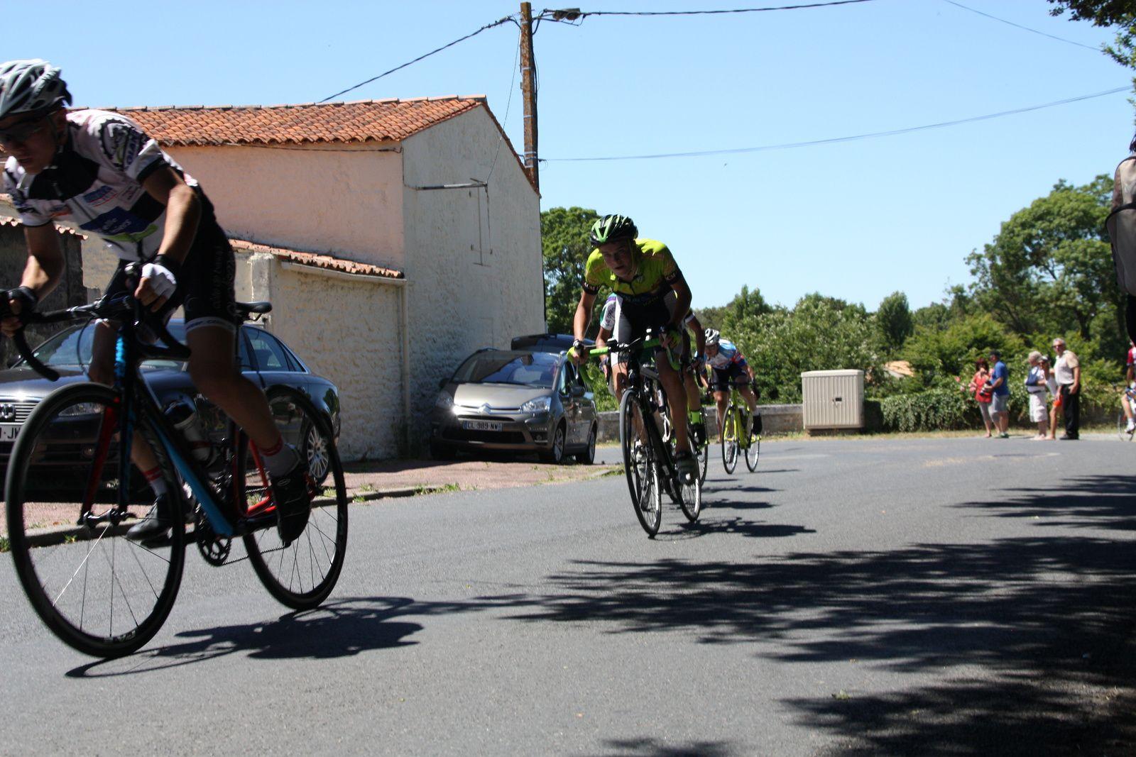 Un  coureur  de  Mérignac  VC  à  la  tête