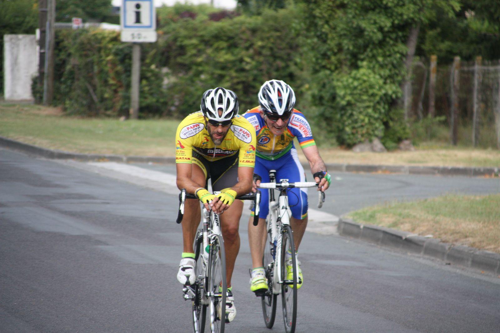 2  autres  coureurs  ont  maintenant  pris  le  relais  avec  encore  un  coureur  du  VC Le Gua  Rodolphe  VILOTTE