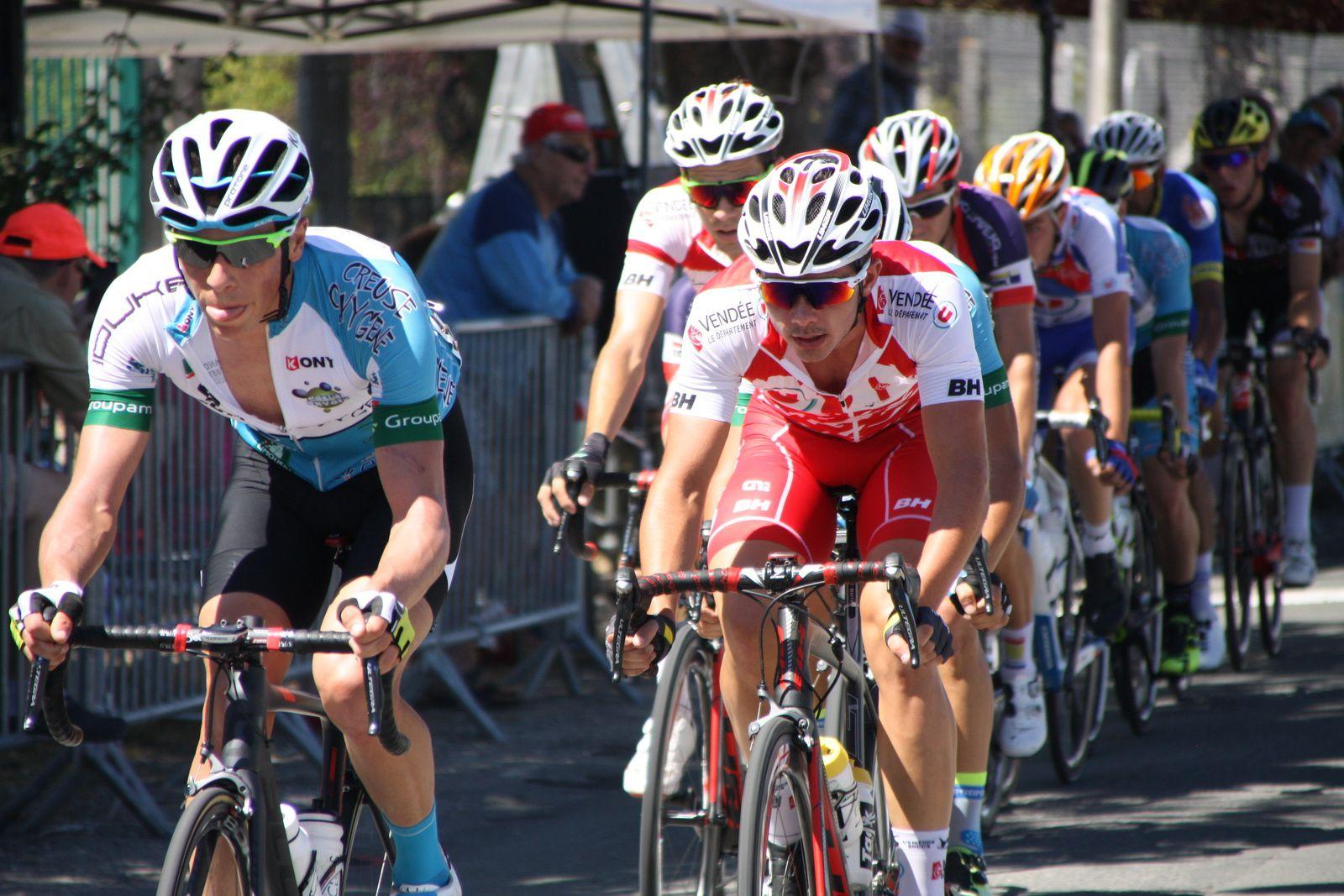1er  passage  un  groupe  de  10  coureurs  est  sortit  avec  Kilian  LARPE, le  peloton  est  emmené  par  Willy  PERROCHEAU