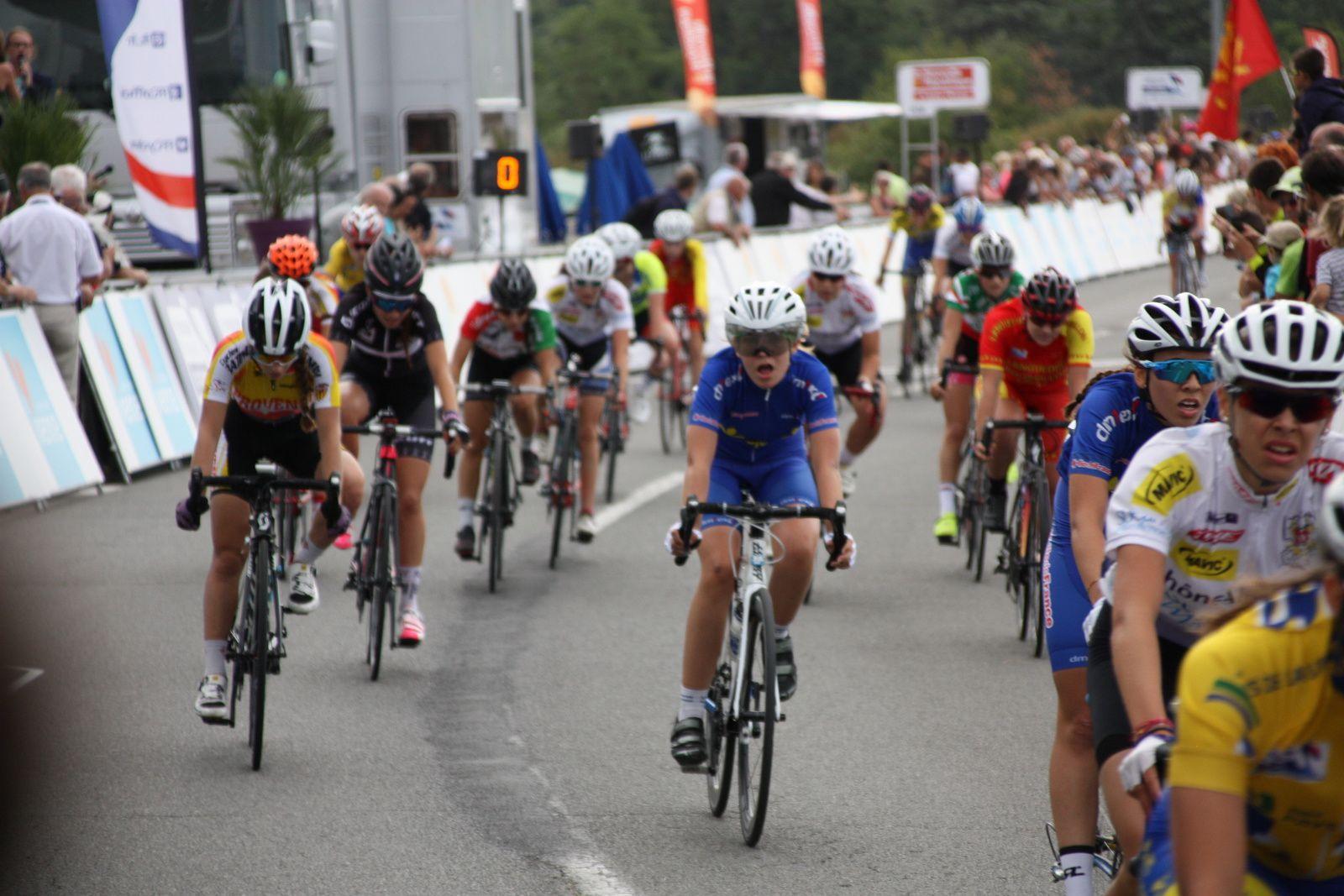 L'arrivée  au  sprint  et  la  victoire  pour  la  picarde  Victoire  BERTEAU  devant  Marie  LE NET(Bretagne), 3e  Jade  WIEL(Provence).10e  place  pour  Lou  BERLAND(EC 3M.Poitou-Charentes), 37e  Ilona  FEYTOU(EC 3M. Poitou-Charentes)  qui  figuraient  toutes  les  deux  dans  le  peloton  de  tête.