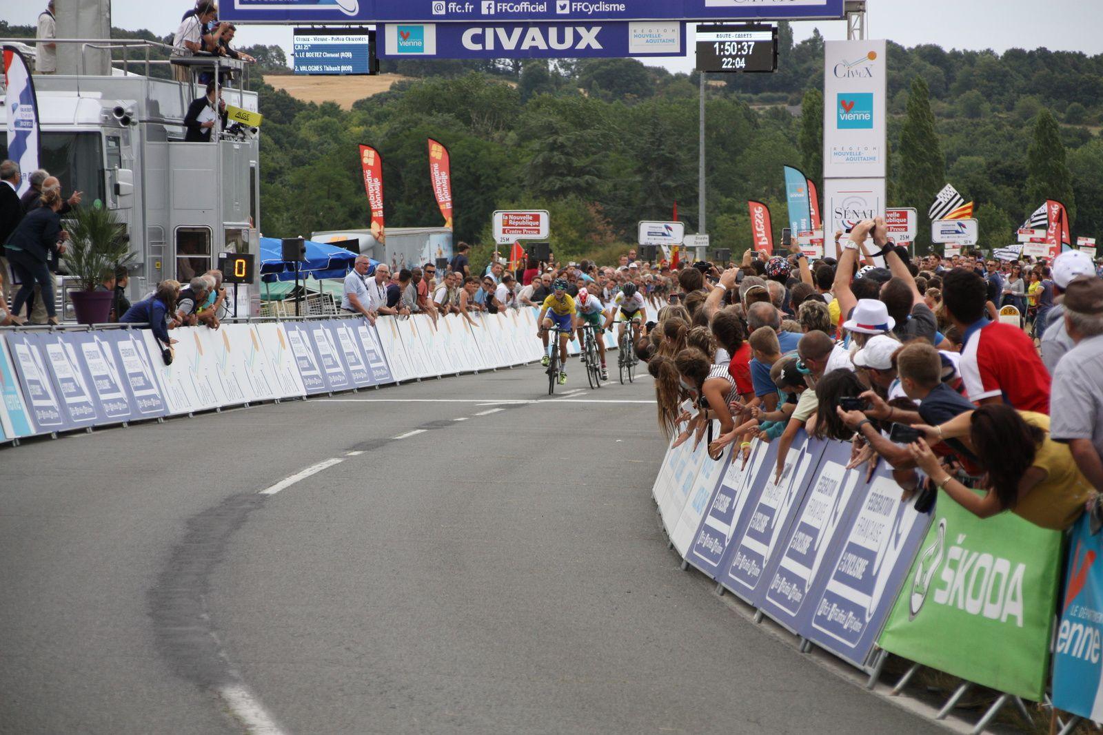 l'arrivée  avec  la  victoire  de  Clément  AULNETTE(Pays de Loire), 2e  Oscar  LENTINI (Cote d'Azur), 3e  Léo  GUICHARD(Rhone-Alpes)