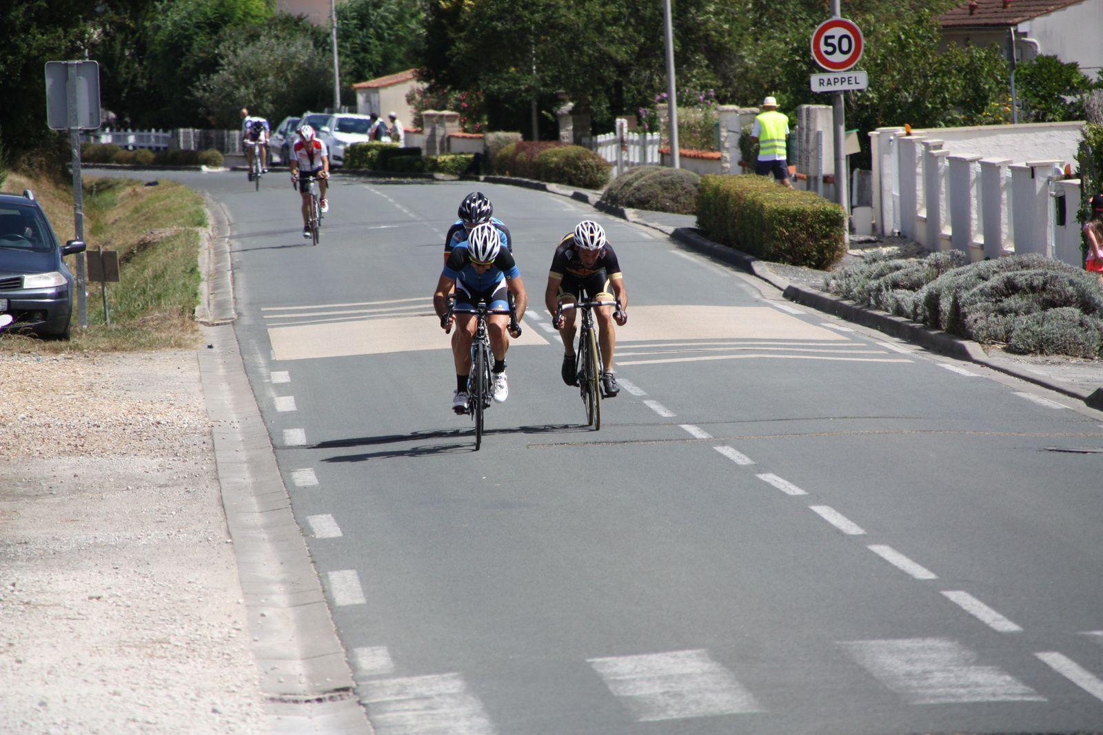 Les  3  coureurs  continuent  de  progresser