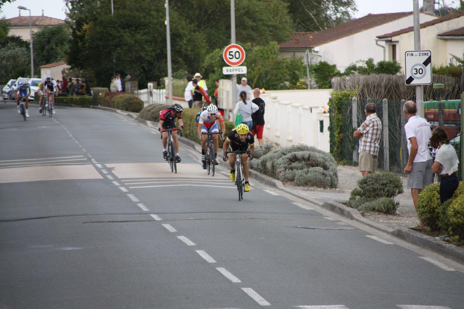 Ils  sont  4  à  se  disputer  le  sprint  final  remporté  par  Nicolas  LECLERC  devant  Antoine  LAMY  et  Luc  SOENEN
