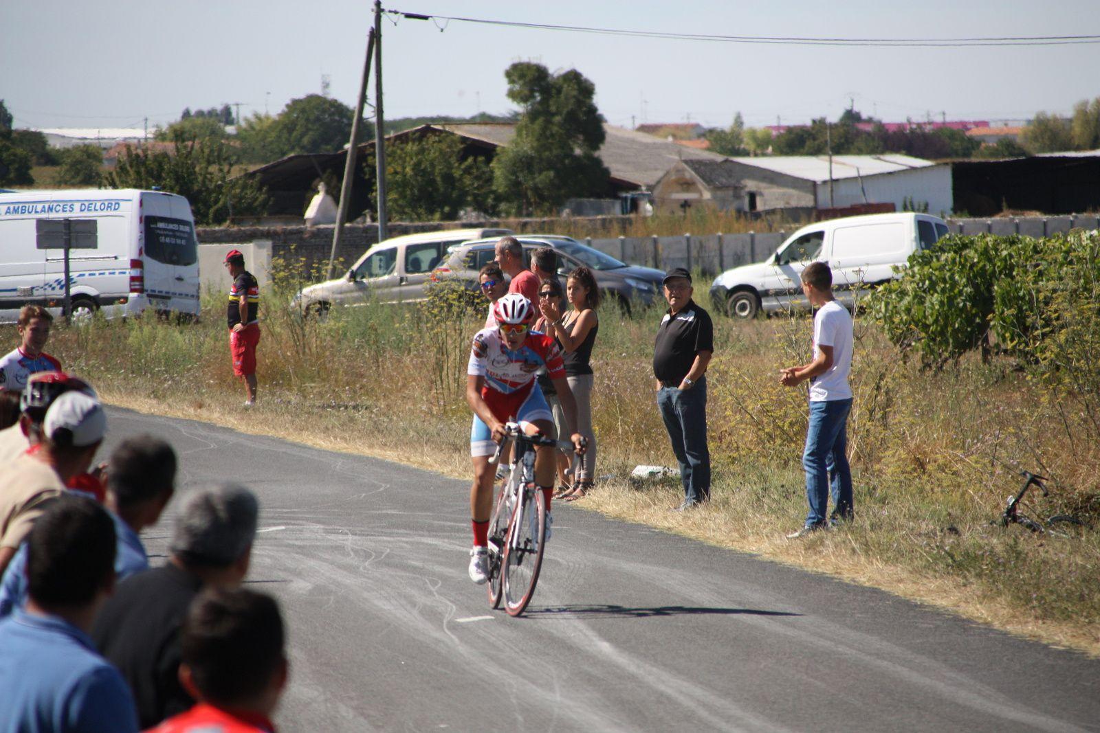 L'arrivée  et  la  victoire  en  solitaire  d'Antonin  CORVAISIER(VC  Charente-Océan)