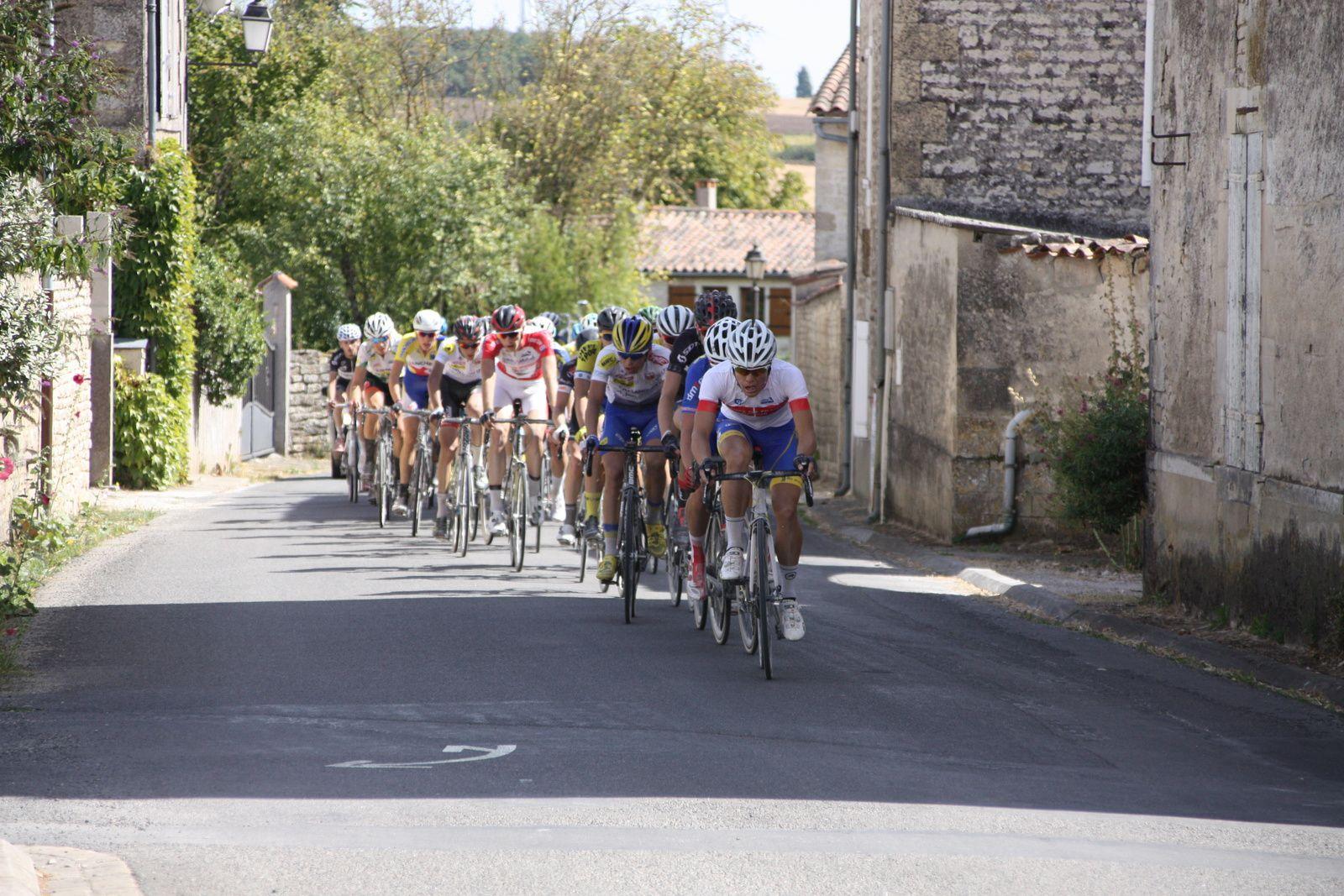Fin  du  grand  tour , un  groupe  s'est  dégagé  avec  une  trentaine  de  secondes  d'avance  sur  le  1er  peloton  ou  ne  figure  plus  le  champion  de  France.