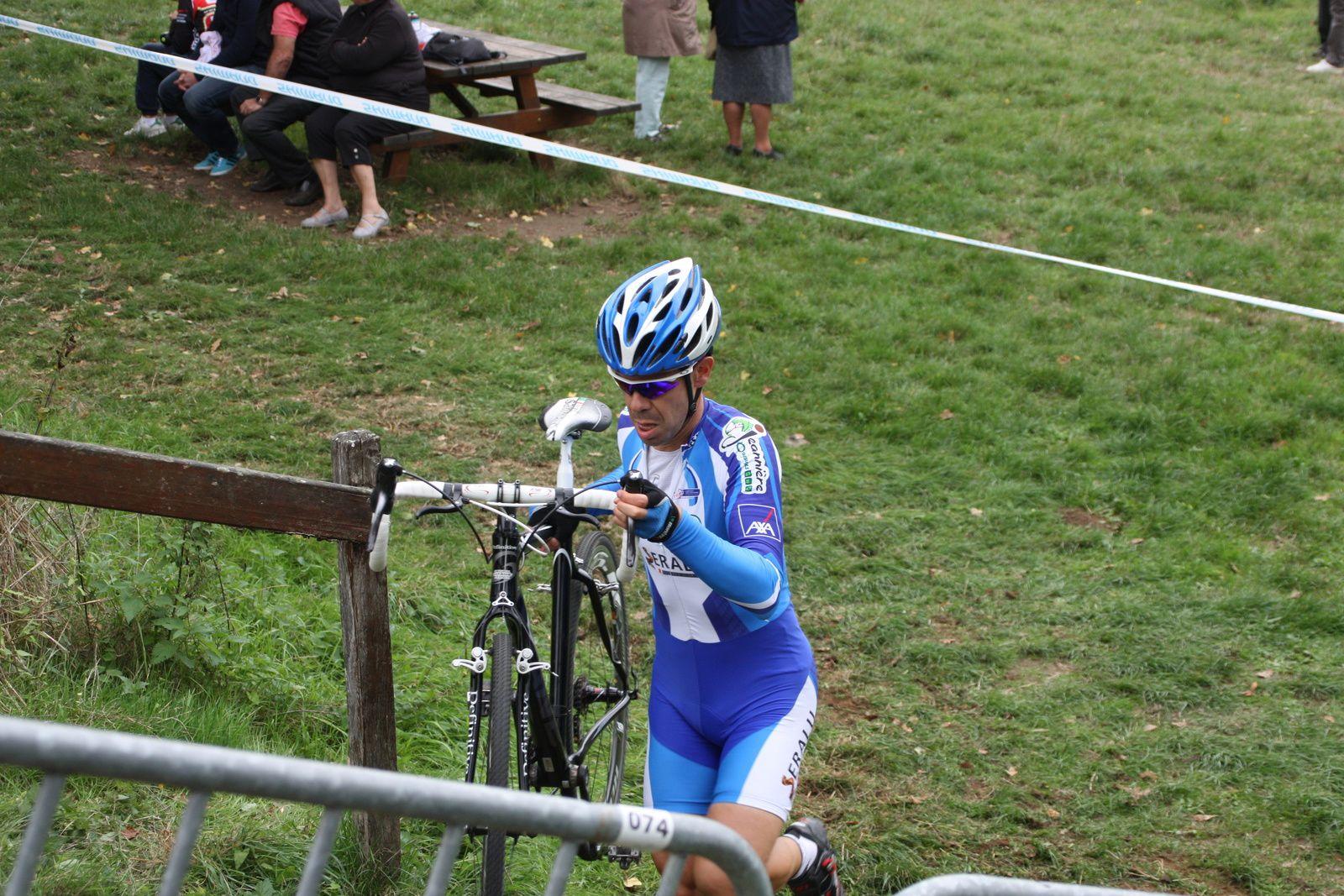 Le  passage  des  marches, le  coureur  de  l'AC  Jarnac-Aigre-Rouillac, victime  d'une  sévére  chute  sur  les  Boucles de l'Arnoult  est  toujours  en  tête