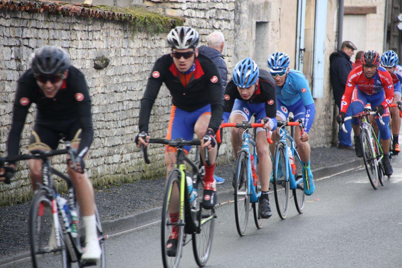 1er  passage sur la ligne  à  Fouqueure, l'APOGE est  fortement  représentée  dans le groupe de  tête  emmené par  Ludovic  NADON.