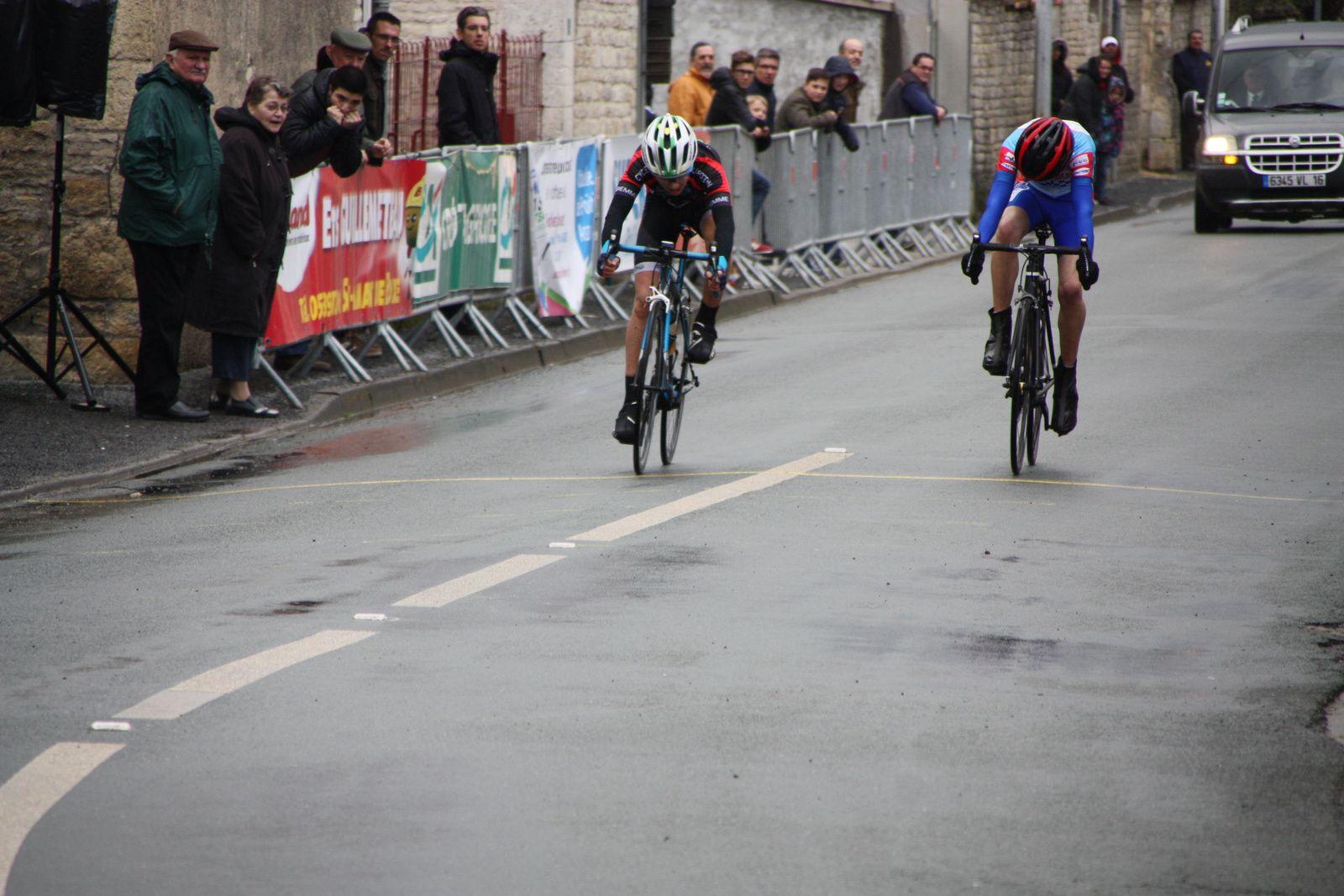 l'arrivée avec  la victoire  de    DELHOMME(C  Poitevin)  devant  Fabien  POTET(CA  Civray)