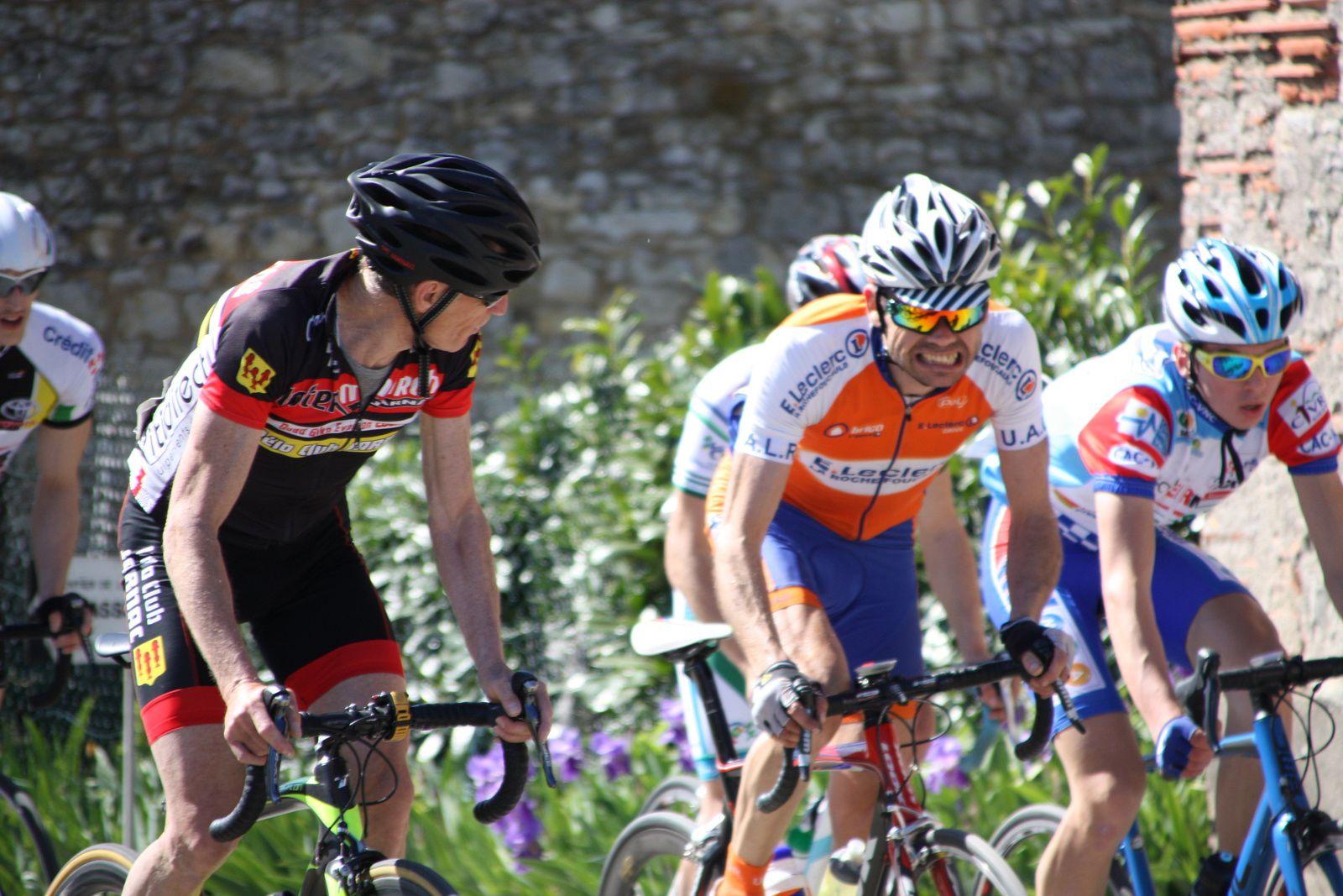 Les  2  coureurs  font  se  disputer  la  victoire