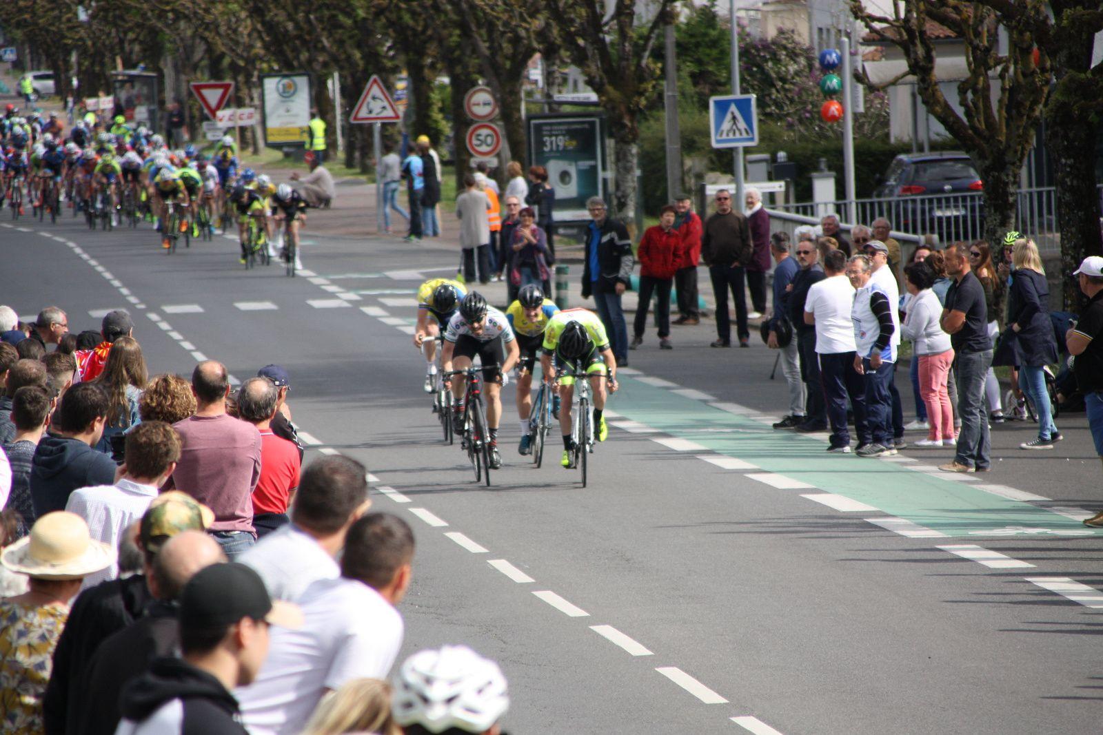 L'arrivée  et  la  victoire  pour  Axel  PIERRE (UC  Condat  devant  Corentin  BUISSON(UV  Limousine), 3e  Florian  LOIZILLON(EC 3M)