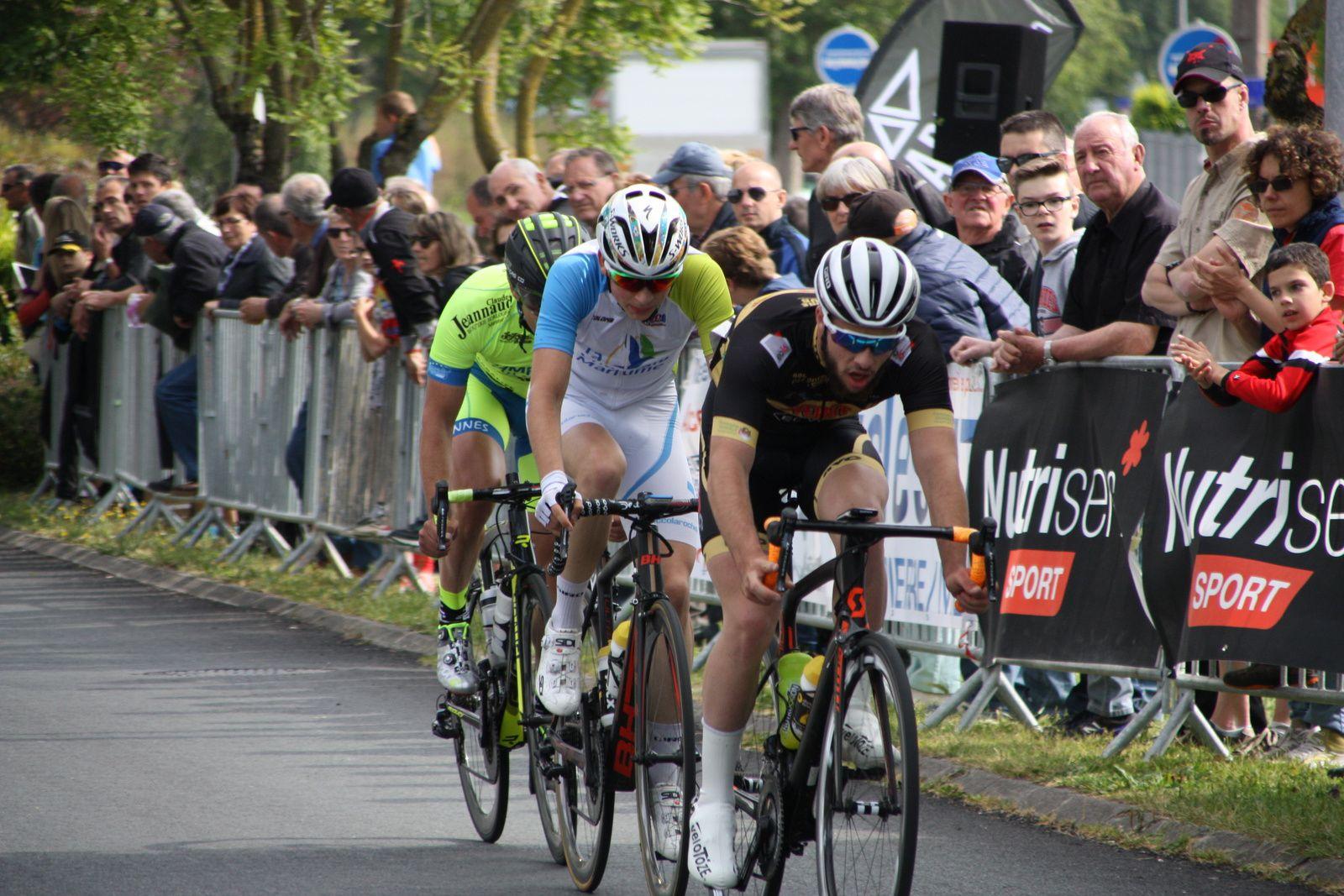 3  coureurs  sont  échappés, ils  s'agit  d'Erwan  MORIN, Cyril  VIGIER  et Paul  FOURNIER.