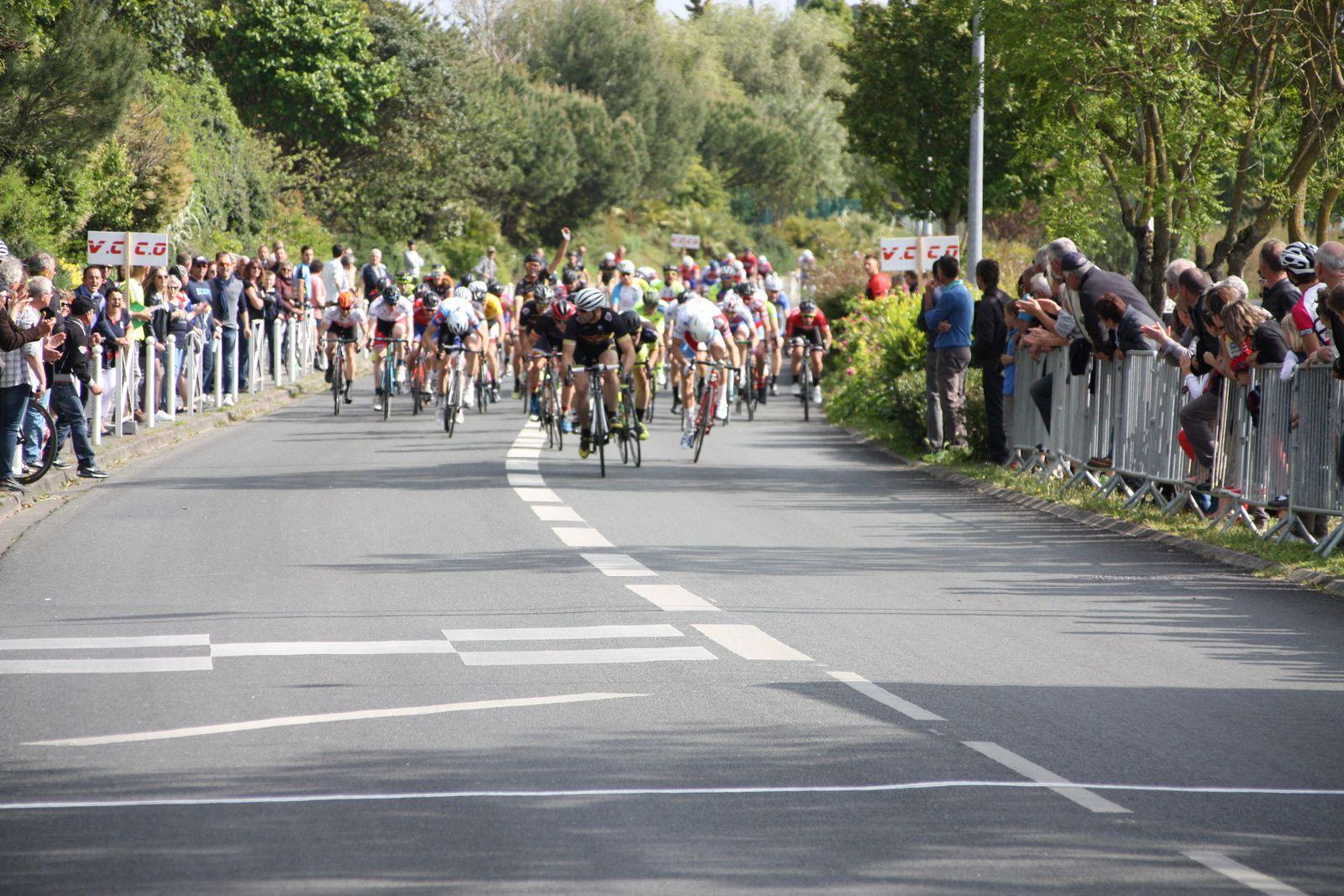 Arrivée  au  sprint  et  victoire  de  Nicolas  LABUSSIERE(Angouléme  VC)
